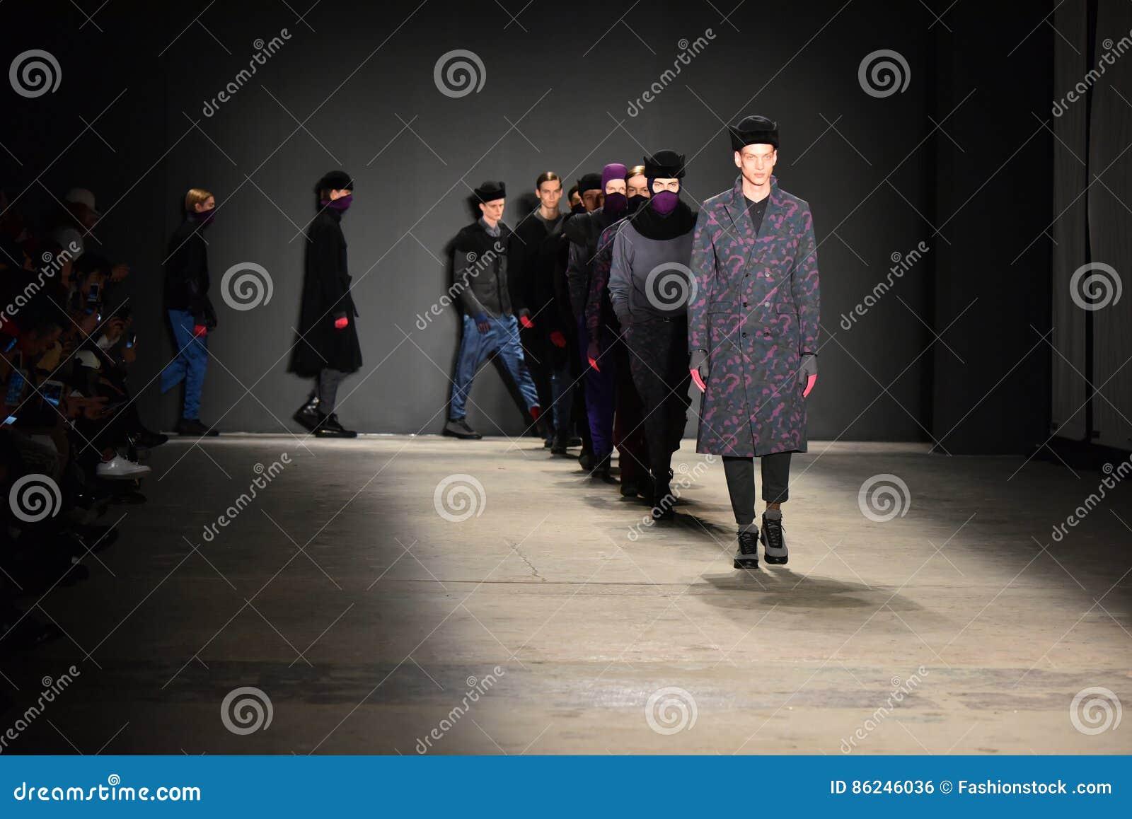 Promenade de modèles la finale de piste pendant Robert Geller NYFW : L exposition des hommes