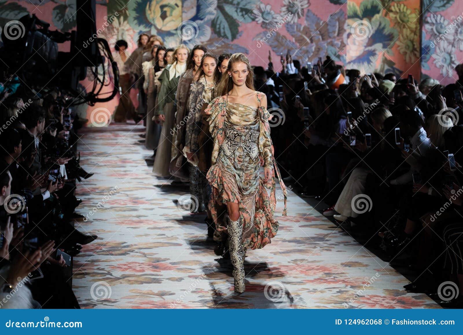 Promenade de modèles la finale de piste pour Zimmermann pendant la semaine de mode de New York