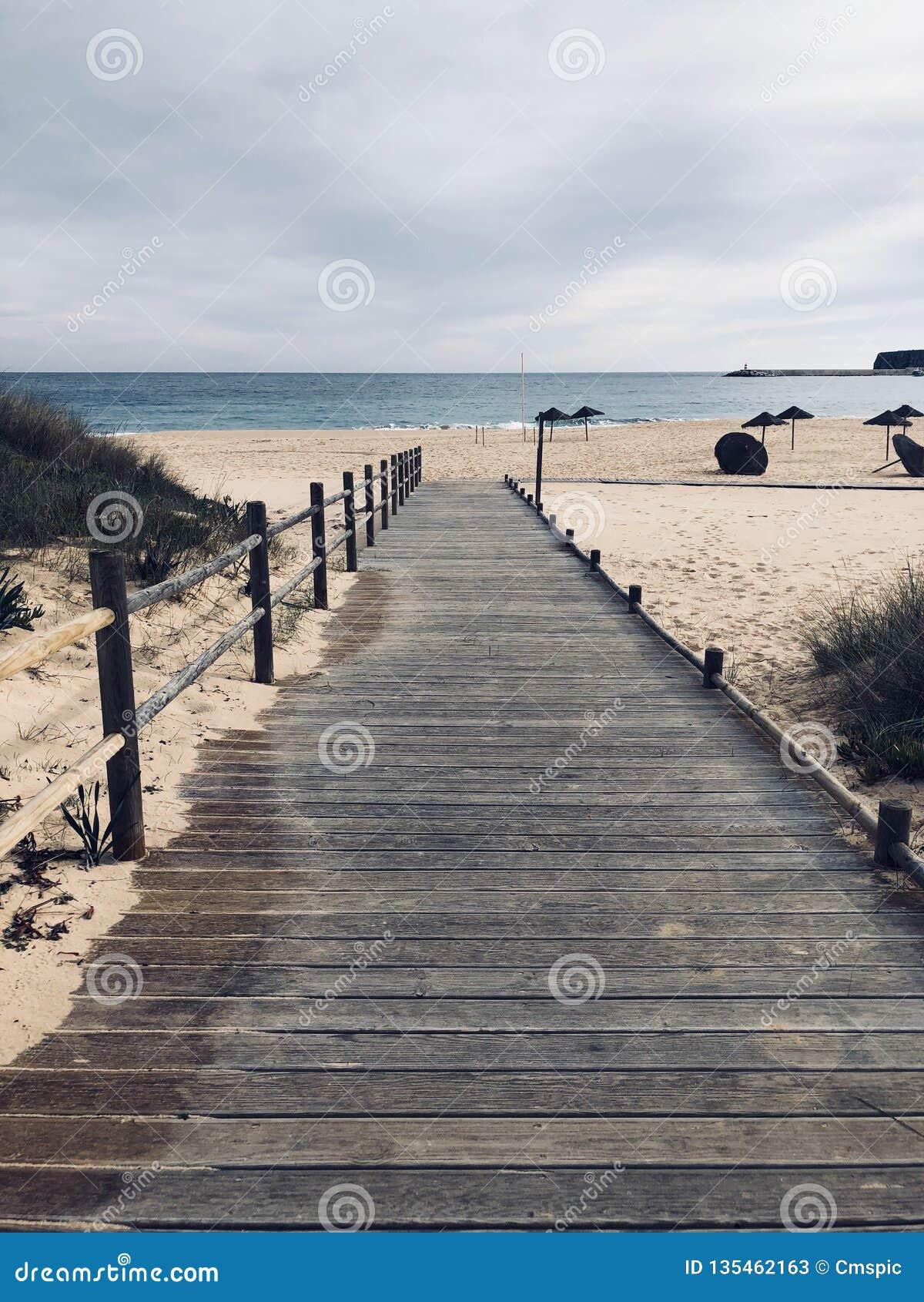 Promenade en bois vide au Portugal