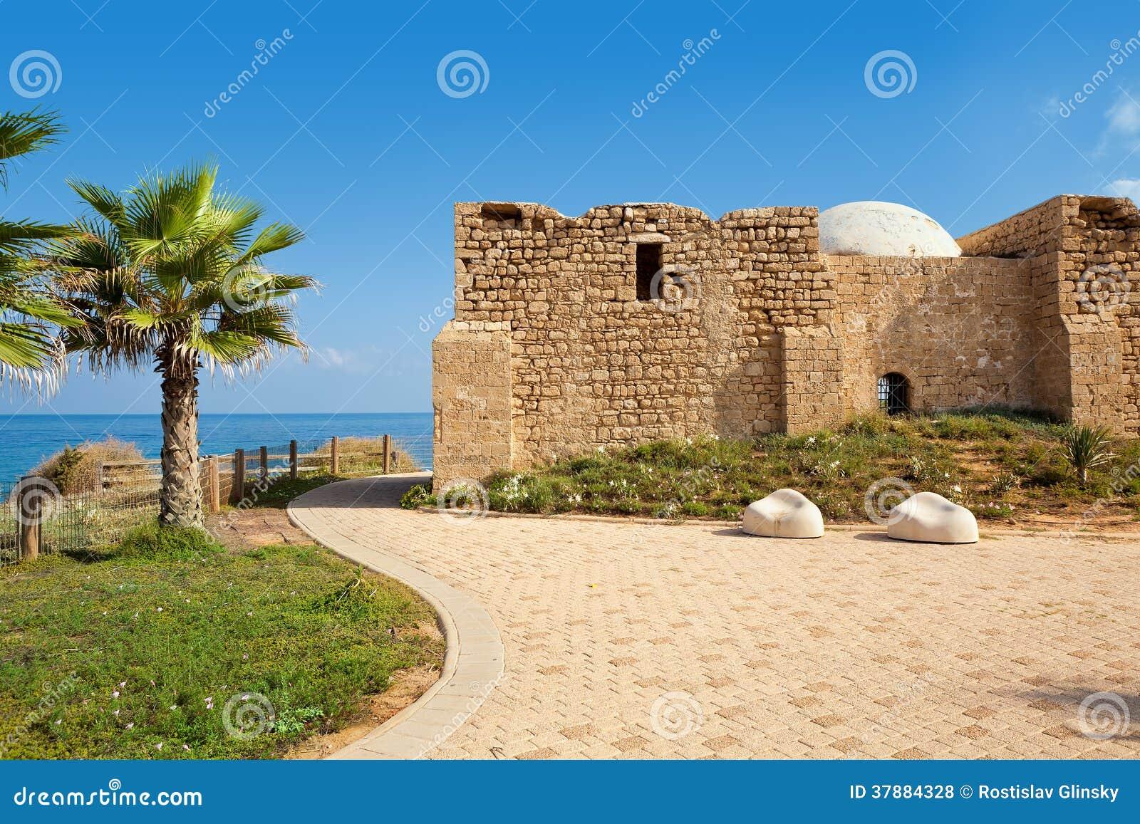 Promenade en oud graf in Ashqelon, Israël.