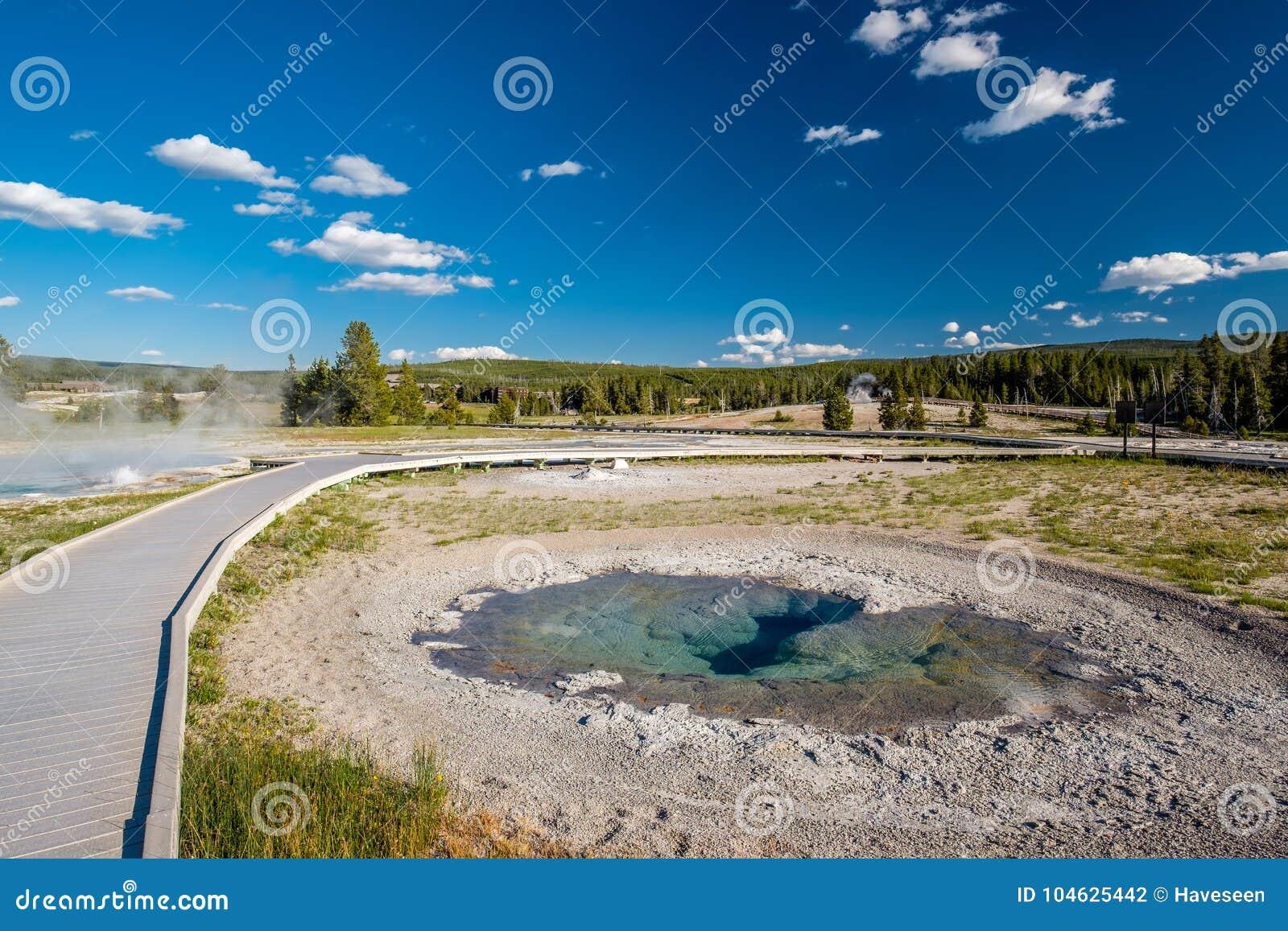 Download Promenade In Het Nationale Park Van Yellowstone Stock Foto - Afbeelding bestaande uit kleurrijk, openlucht: 104625442