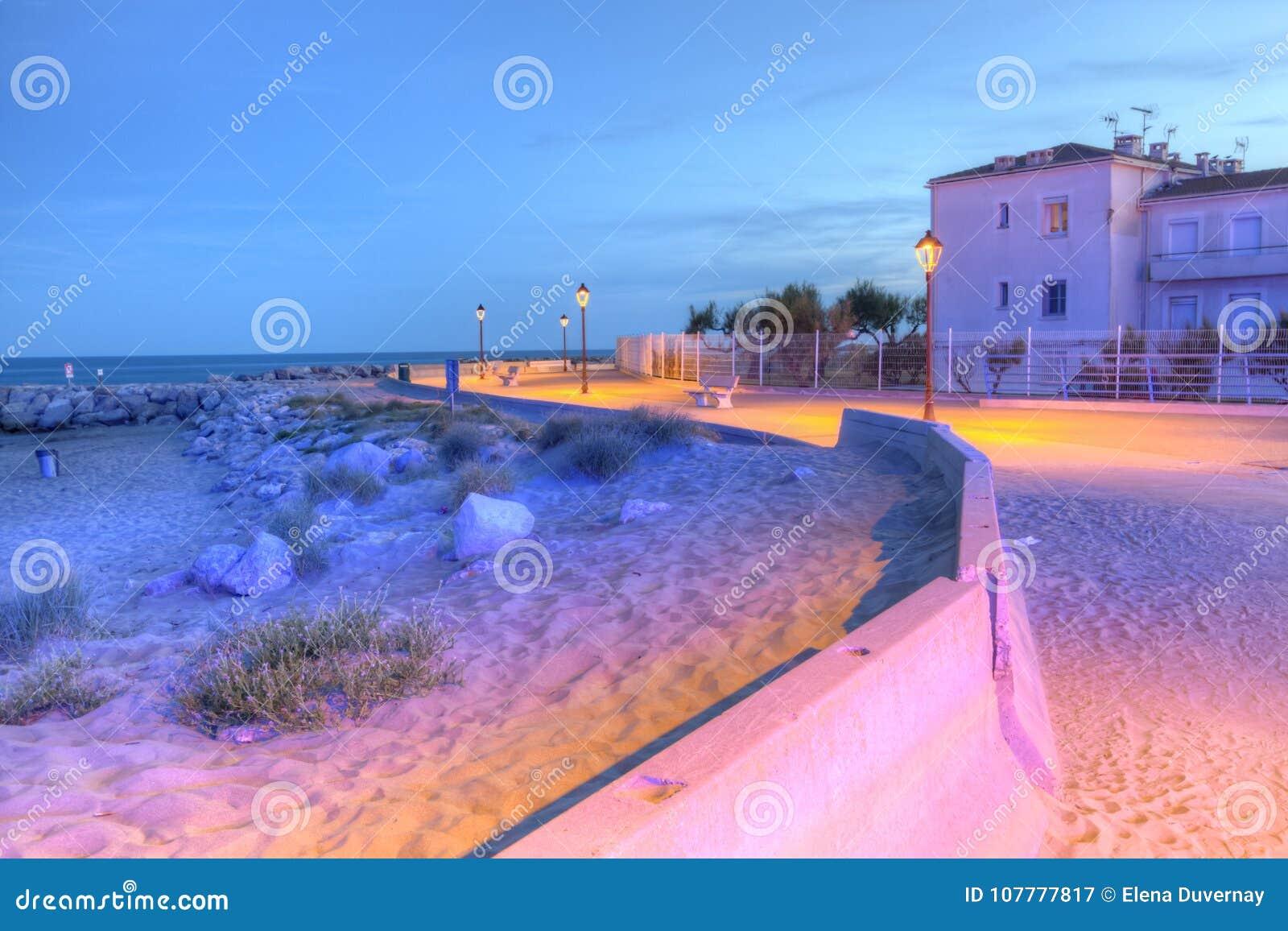 Promenera nära havet, Saintes-Maries-de-la-MER, Frankrike, HDR