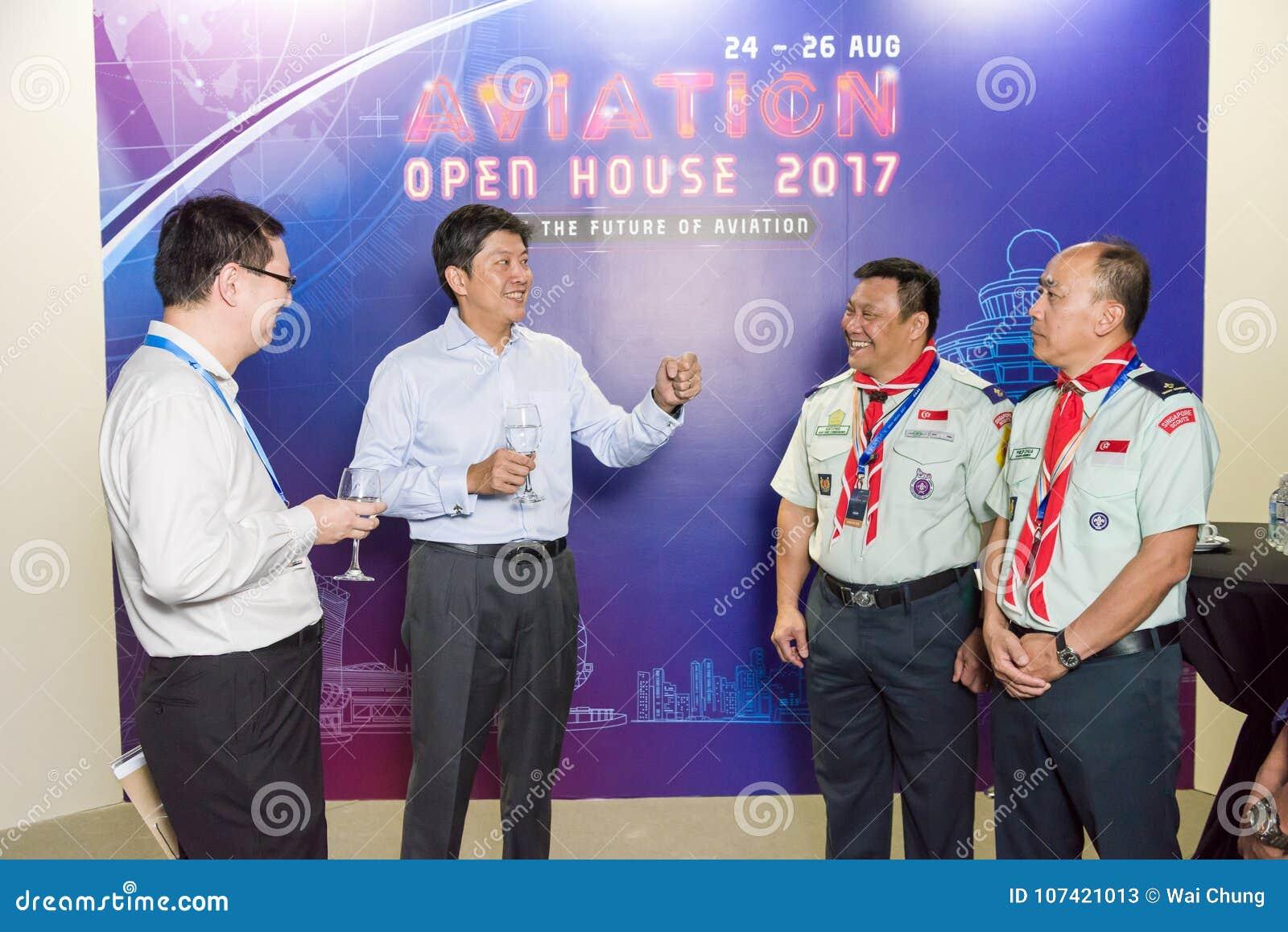 Promi, der mit Leuten am Luftfahrt-offenen Haus spricht