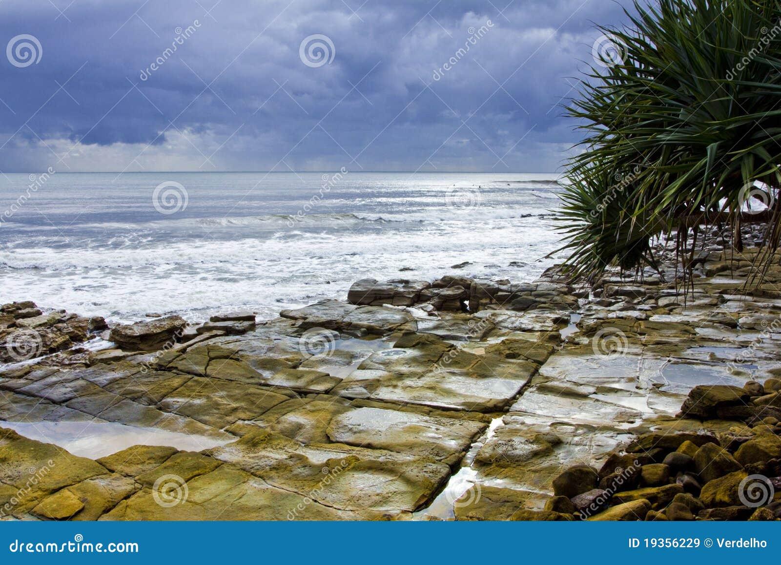 Promontório rochoso tormentoso