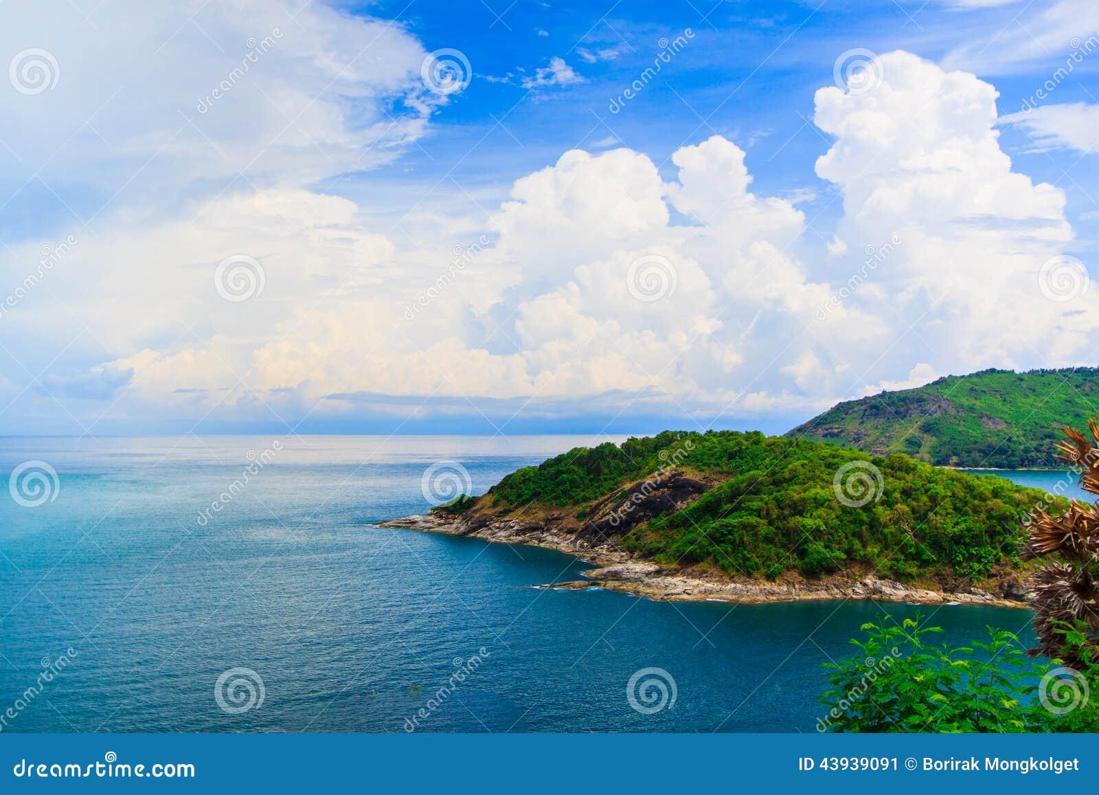 promthep海角是延伸到海观点日落在普吉岛,泰国岩石的山.