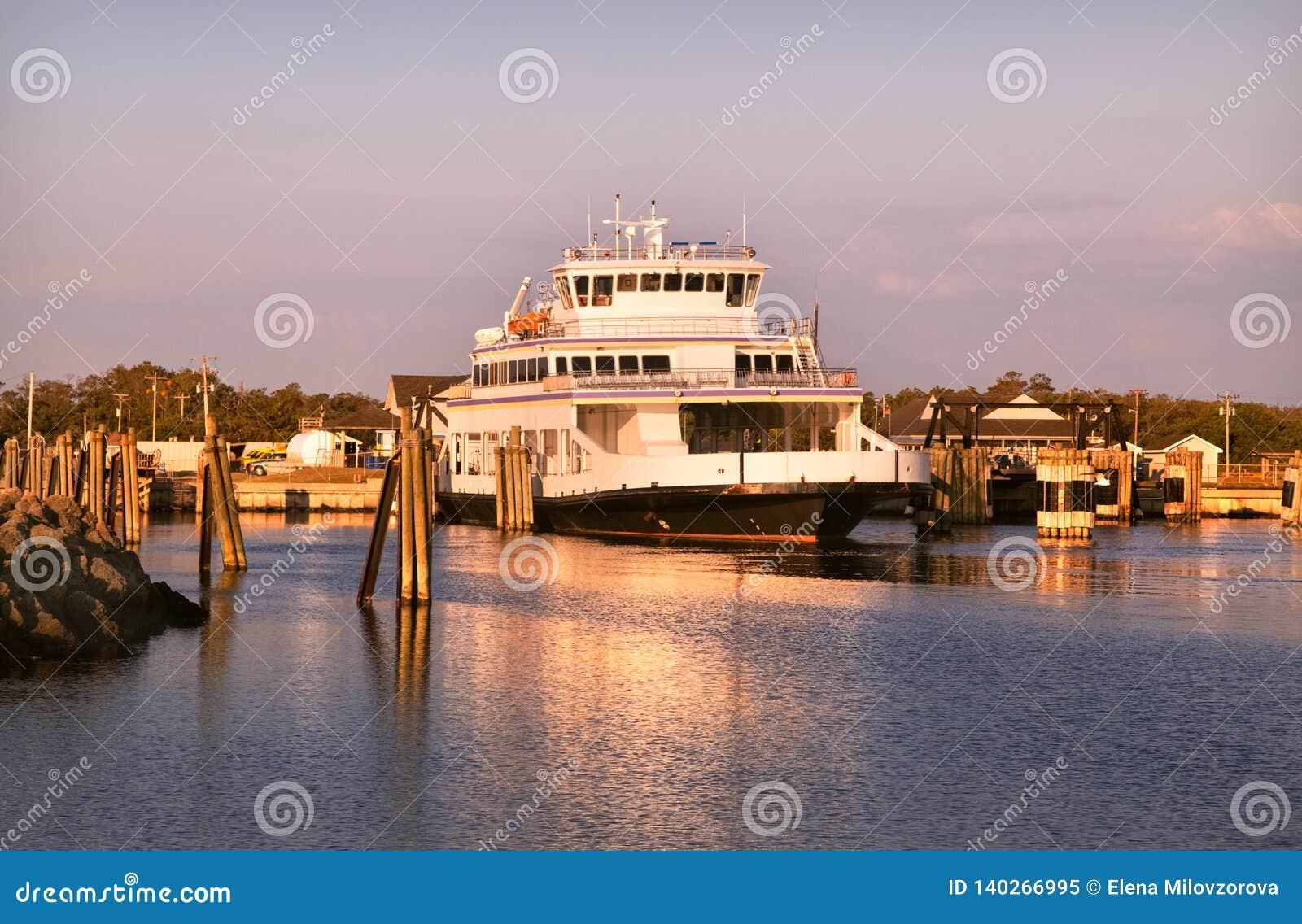 Promu statek, drewniani słupy najlepszy widok na ocean atlantycki NC usa Słońce wzrosta menchia chmurnieje niebo