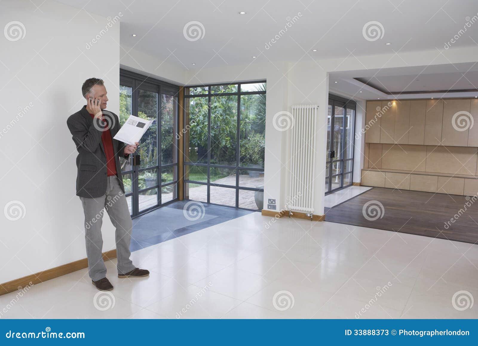 Propiedad de Using Cellphone In del agente inmobiliario nueva