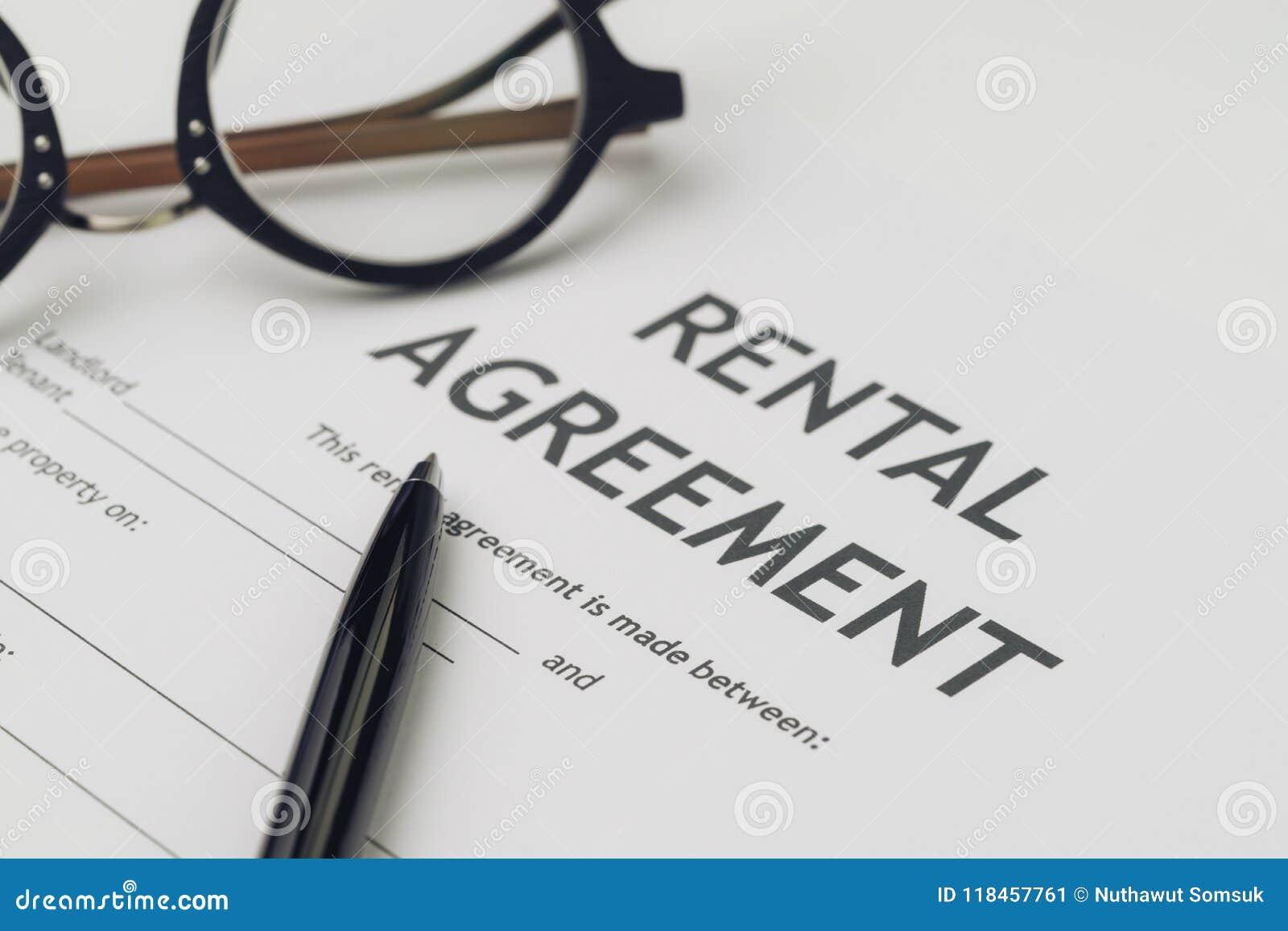 Propiedad o propiedades inmobiliarias, concepto del casa y casero, pluma y eyeglas