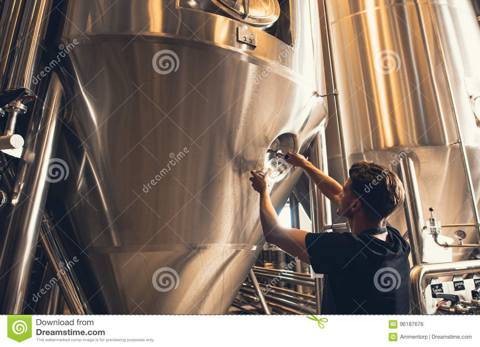Propietario de negocio de la cervecería que prueba la cerveza