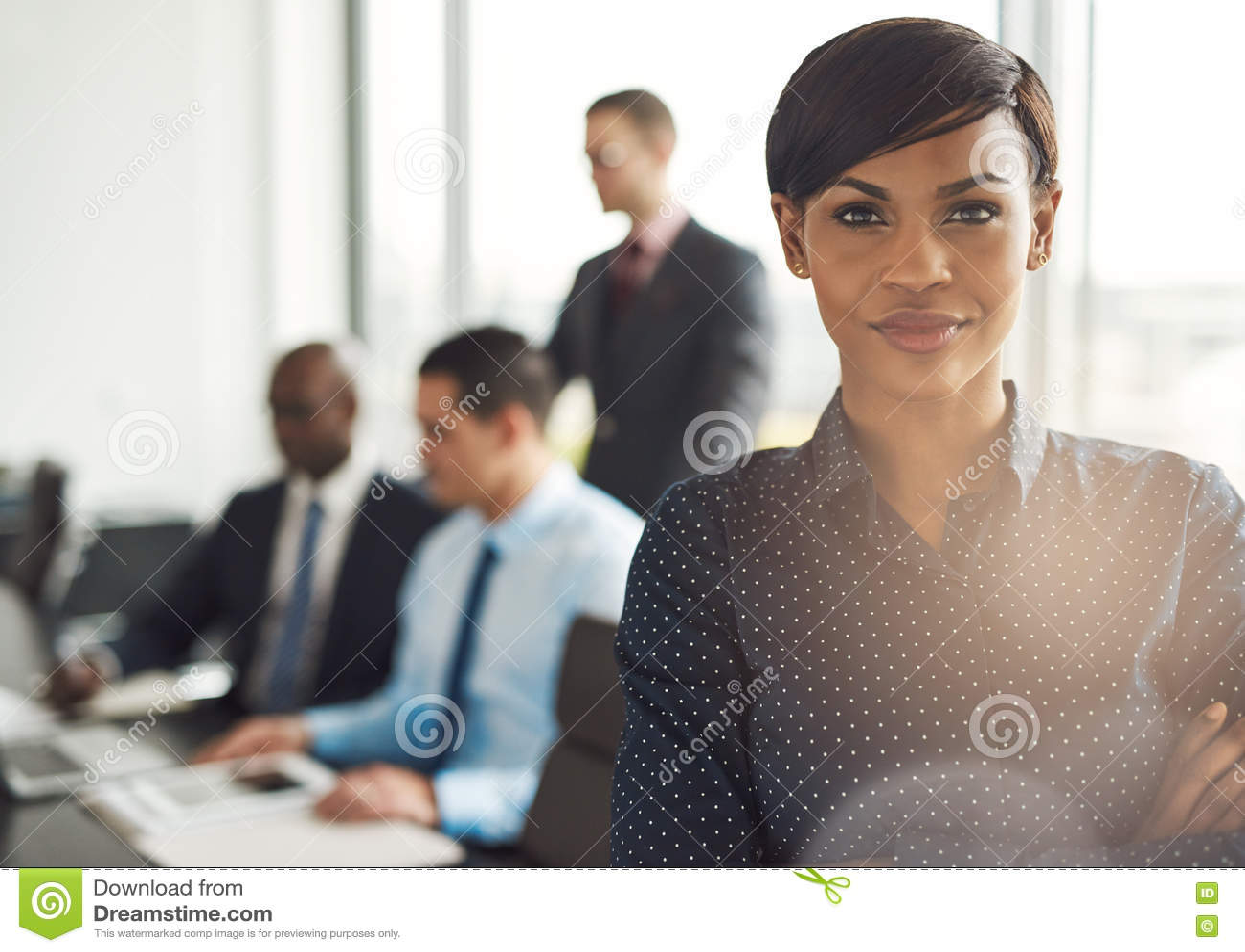 Propietario de negocio joven en oficina con los empleados