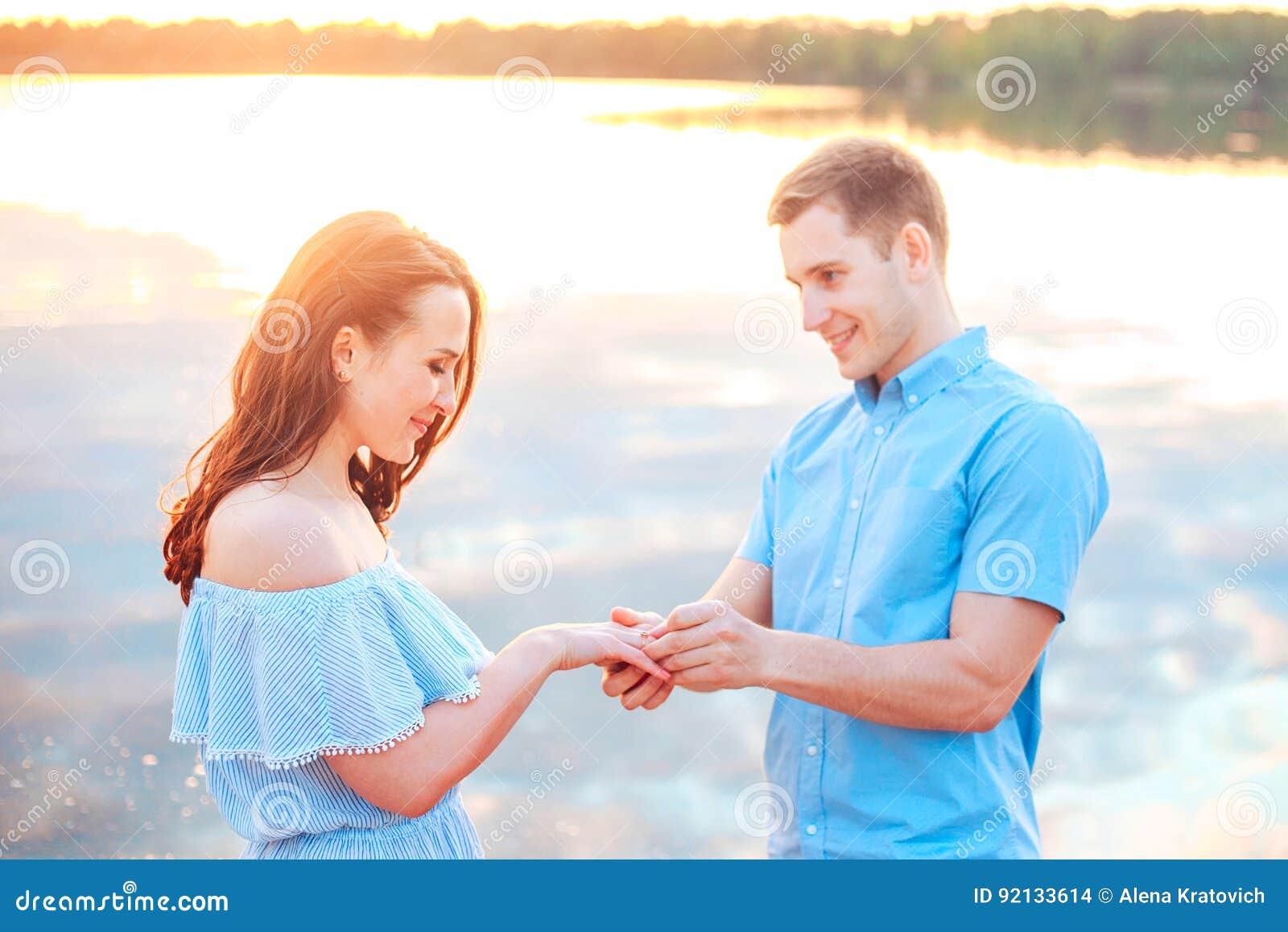 Proposta di matrimonio sul tramonto il giovane presenta una proposta del fidanzamento alla sua amica sulla spiaggia