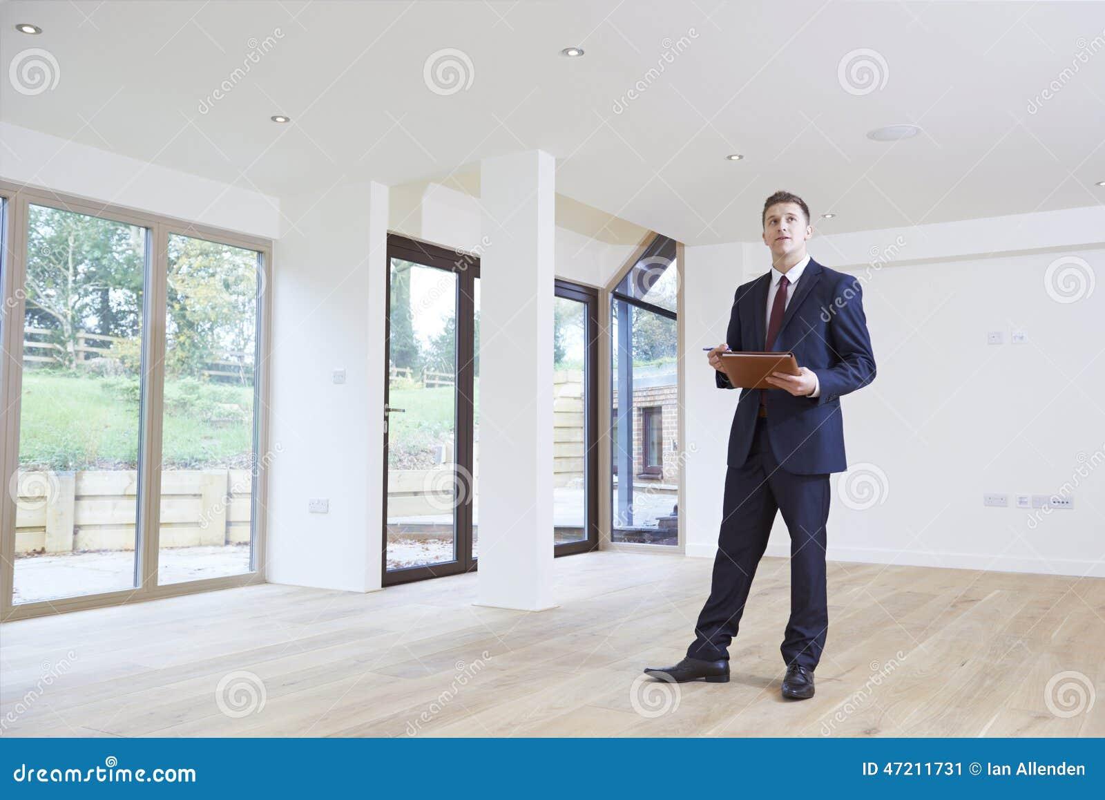 Propriété de Looking Around Vacant d agent immobilier pour l évaluation