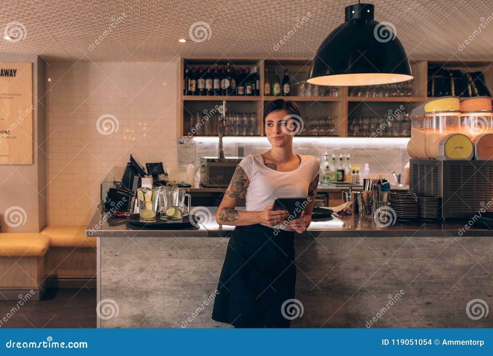 Propriétaire de café se tenant au compteur