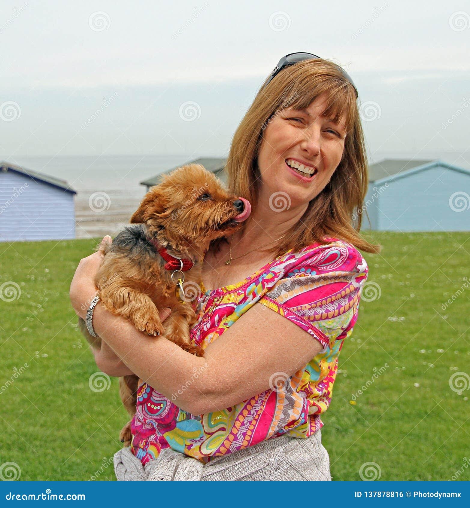 Proprietaire Et Chien D Animal Familier Lechant Pour Donner A Maman Un Baiser Photo Stock Image Du Animal Familier 137878816