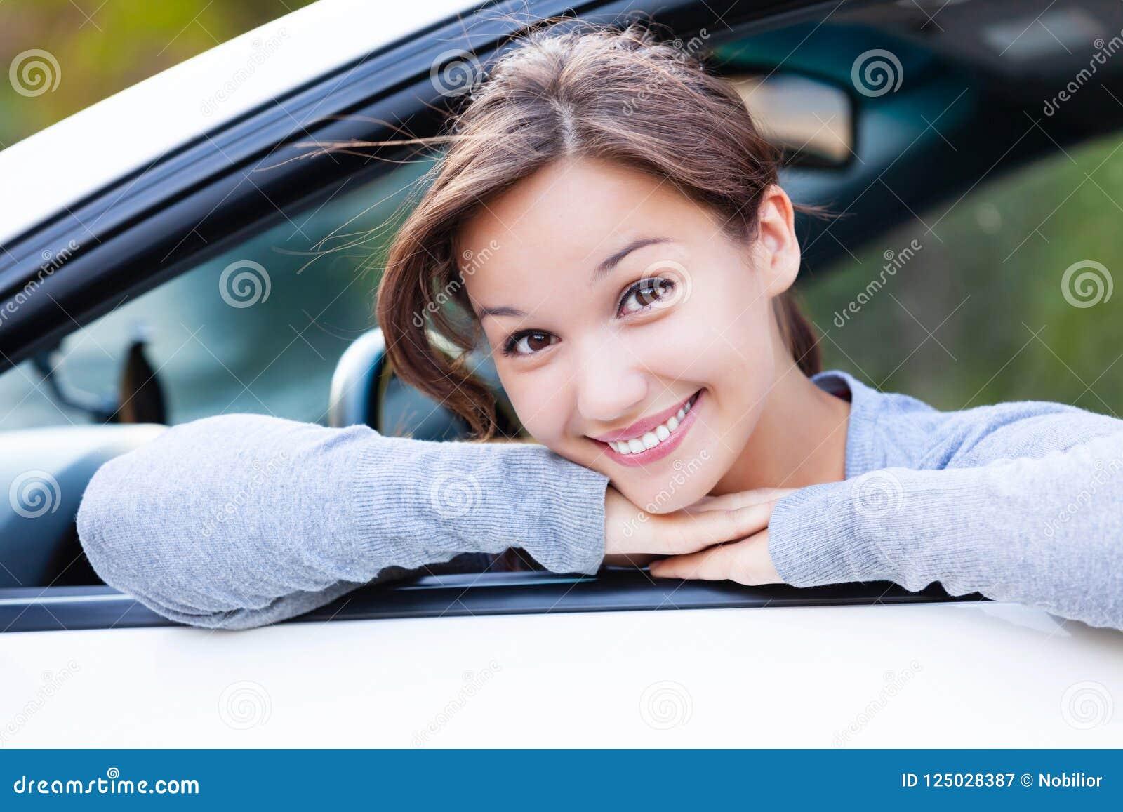 Propriétaire heureux d une nouvelle voiture souriant à vous