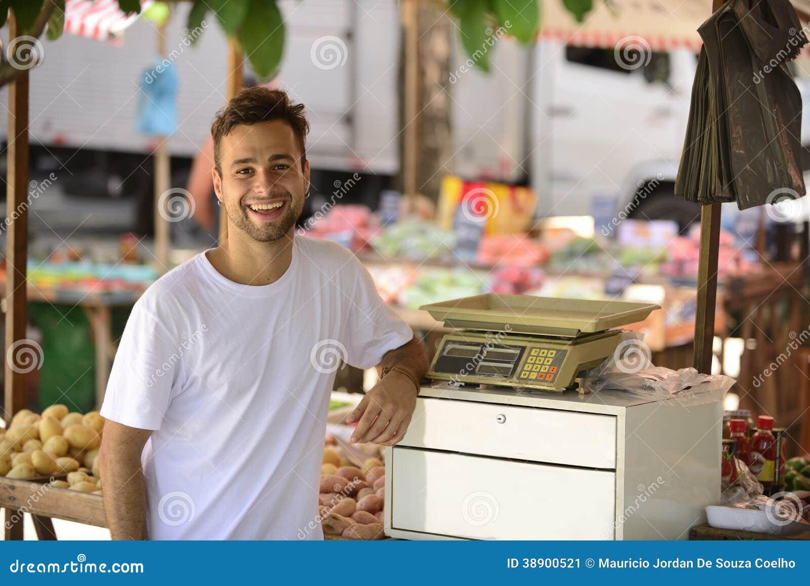 Proprietário empresarial pequeno que vende frutos orgânicos.