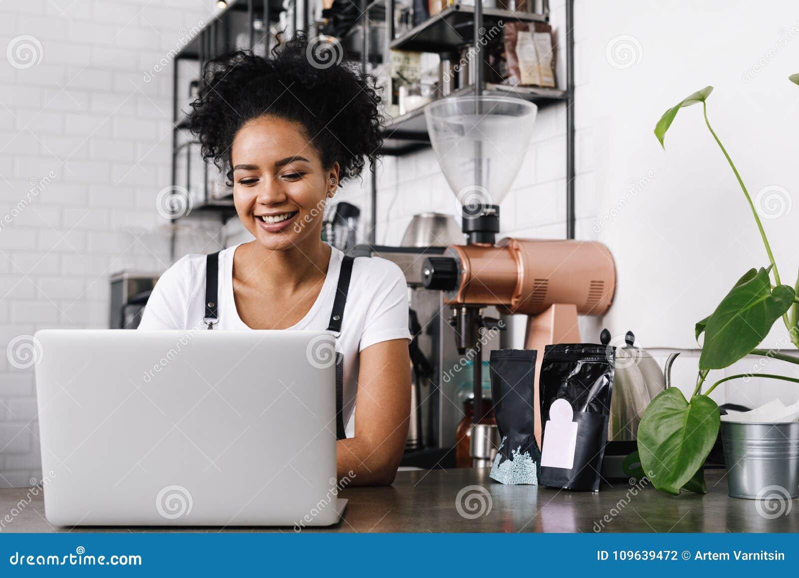 Proprietário fêmea novo do café