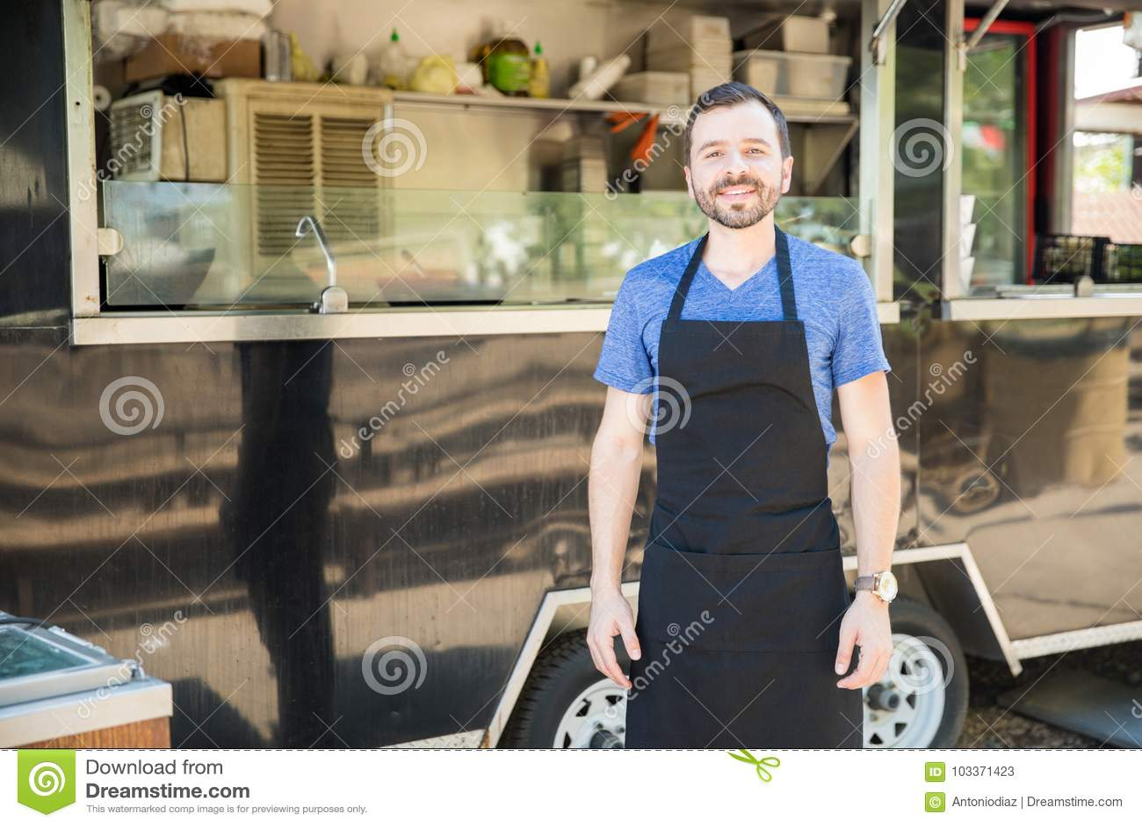 Proprietário masculino do caminhão do alimento