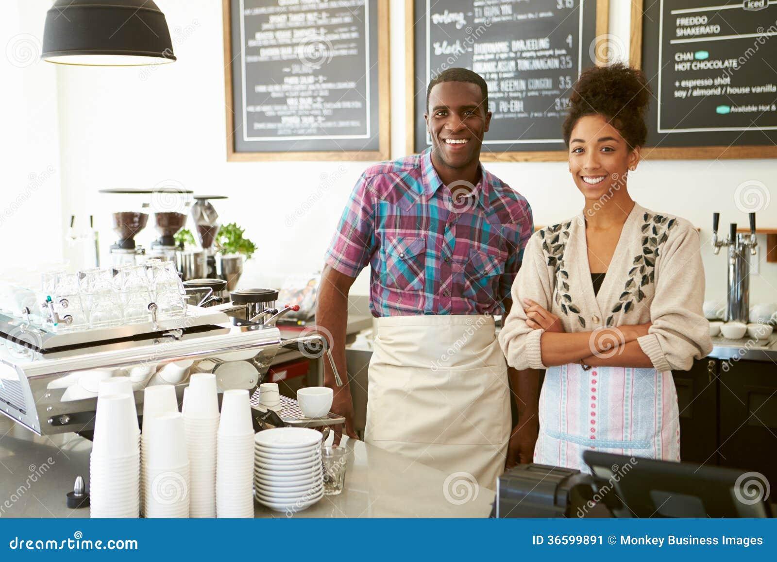 Proprietário masculino e fêmea da cafetaria