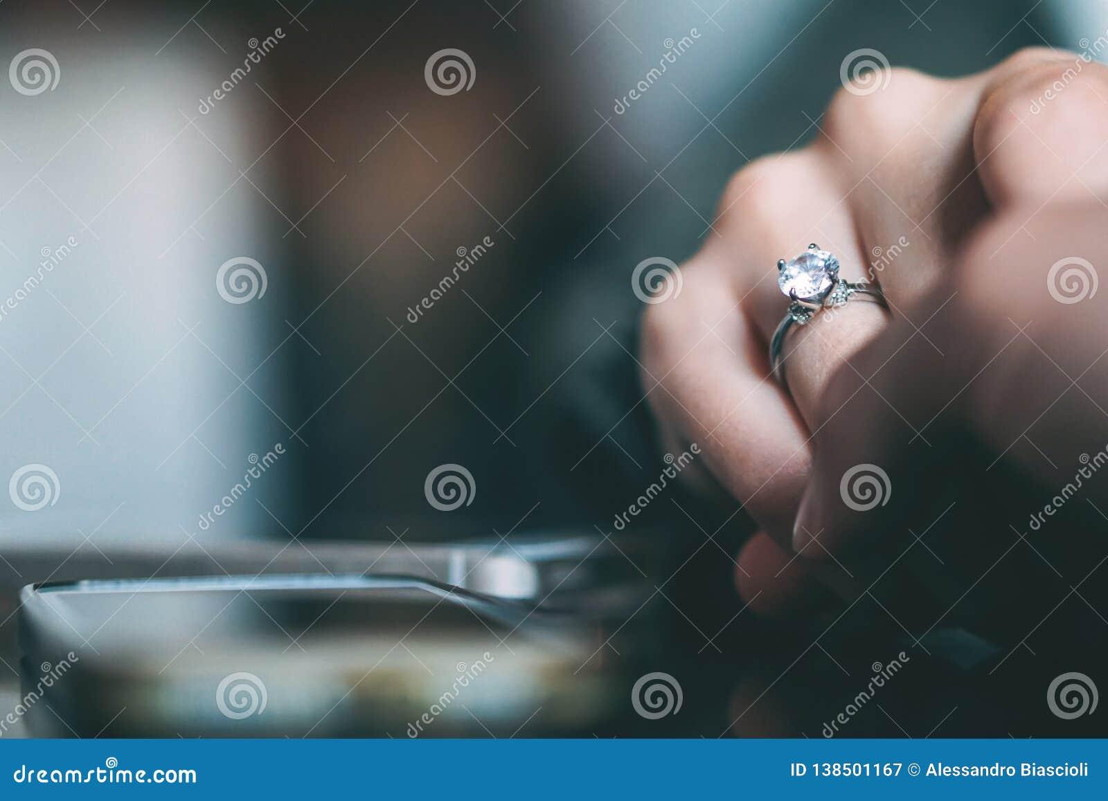 Propuesta de matrimonio del hombre - novio que propone a su novia conseguir casado - concepto de relación de la gente, presente d