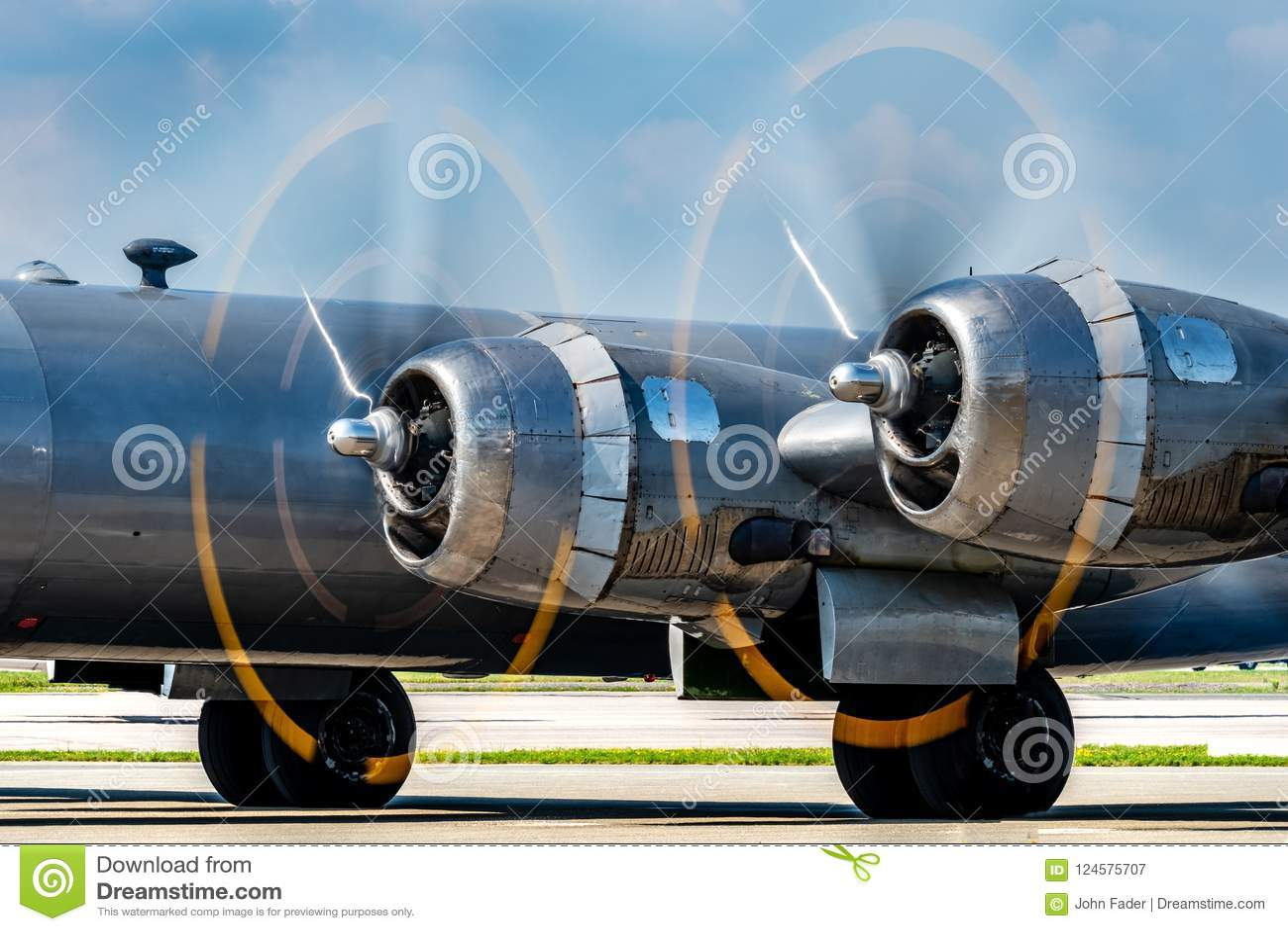 Propulsores del avión de combate del vintage que giran rápidamente