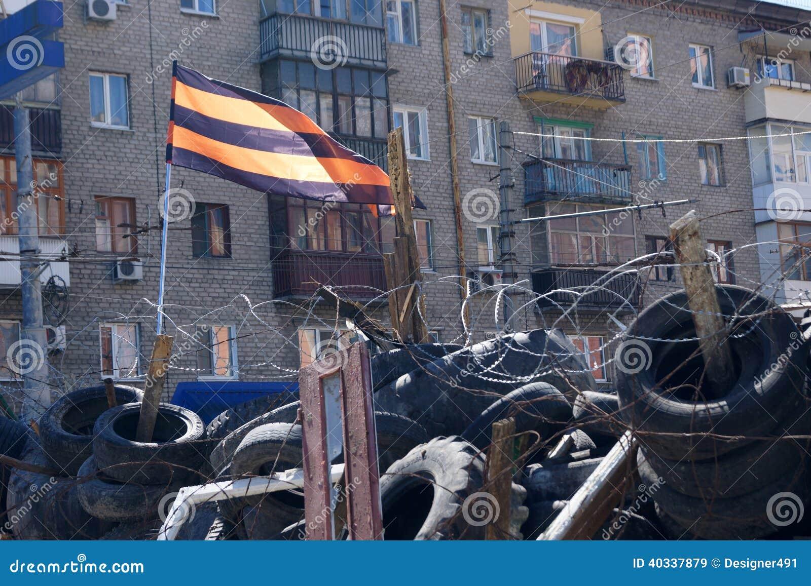 Prorosyjska separatysta flaga nad barykadami. Lugansk, Ukraina