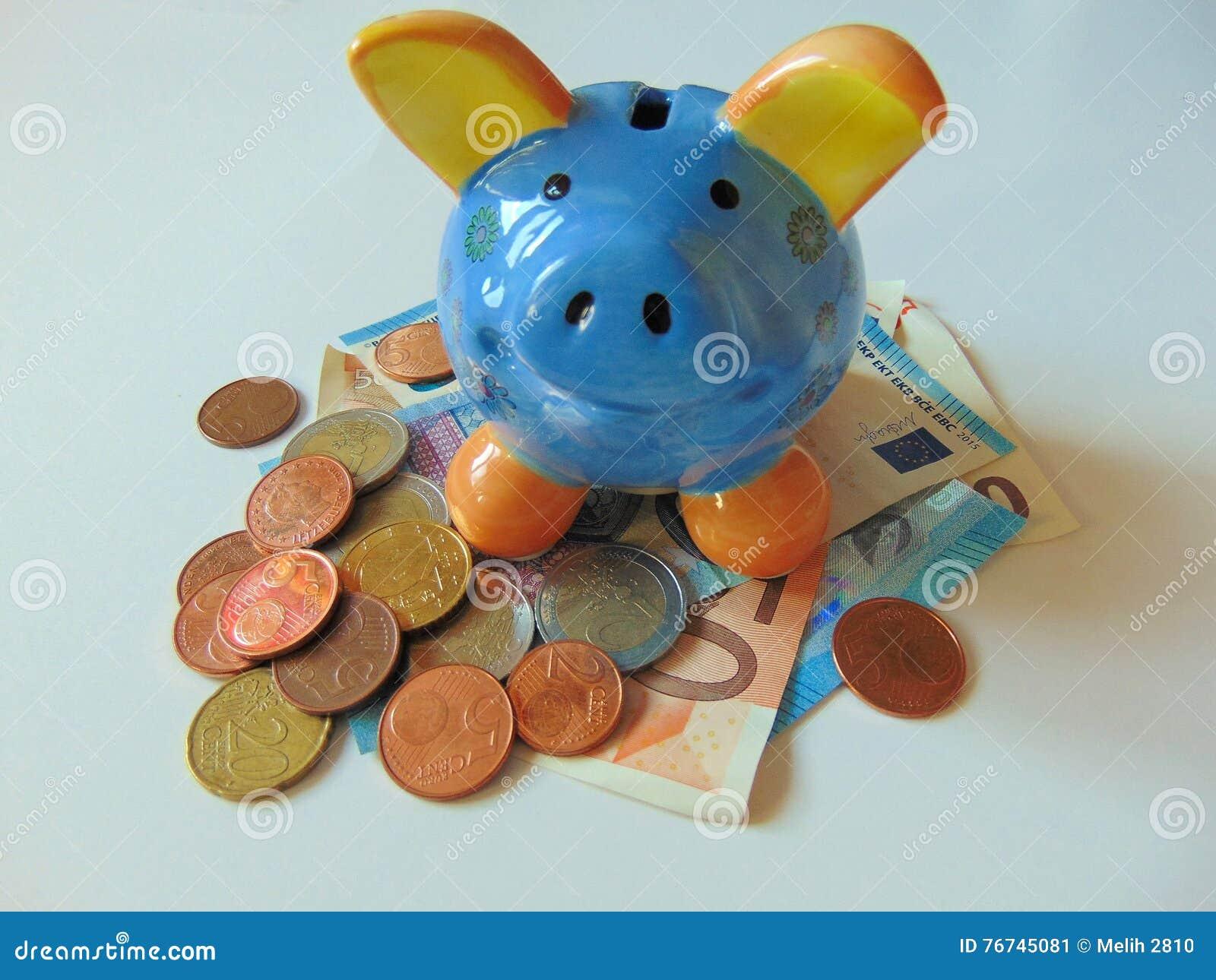 Prosiątko bank z pieniądze i monetami