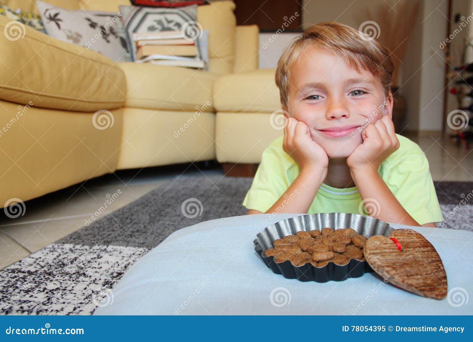 Prospettiva dell animale domestico: unisca un bambino premuroso sorridente con una ciotola dell alimento