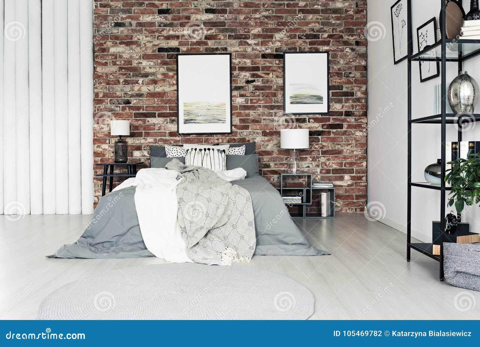 Prosta Sypialnia Z ściana Z Cegieł Zdjęcie Stock Obraz