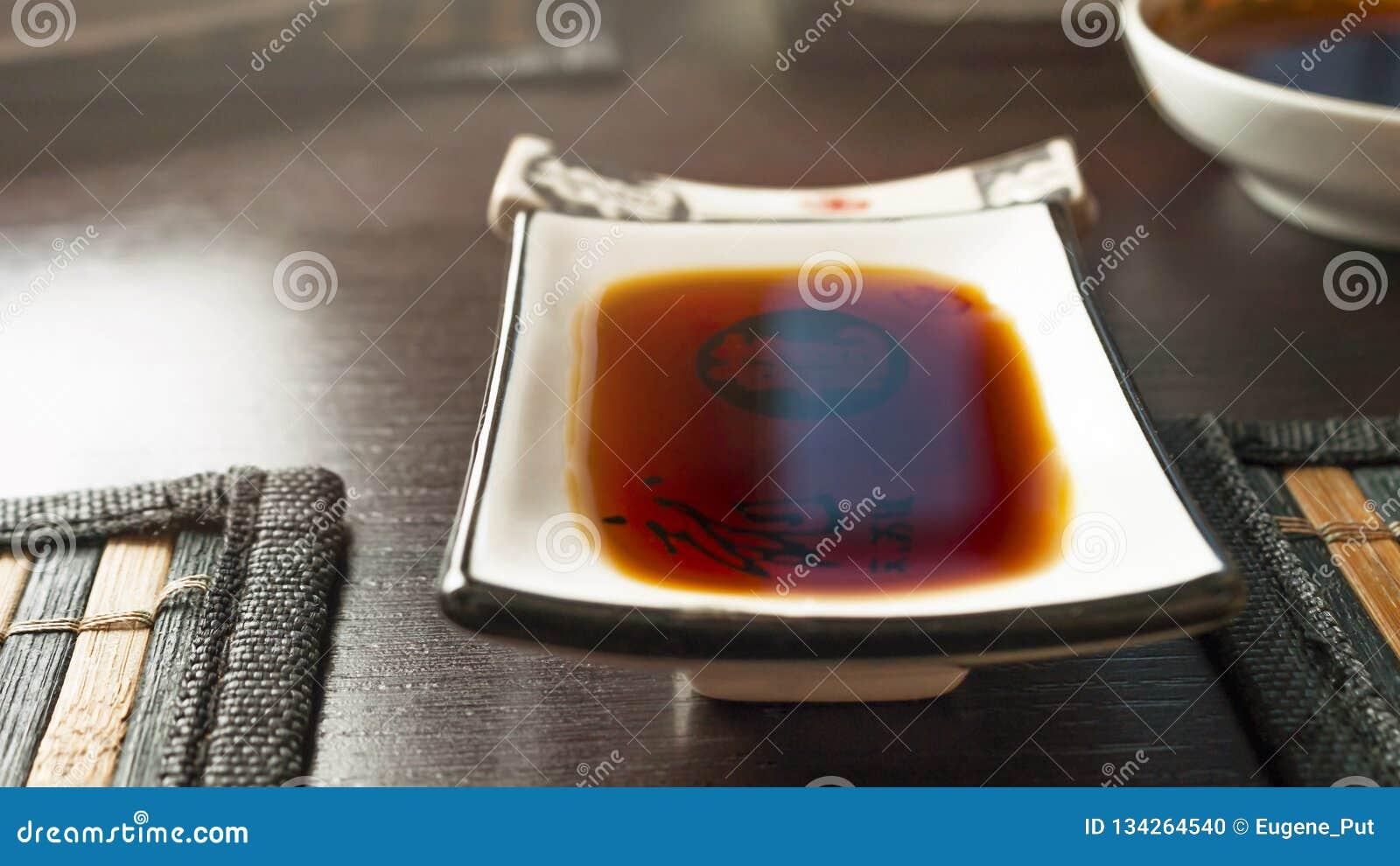 Prostokątny soja kumberlandu maczania naczynie na zmroku stole z bambusem Łomota maty Chopstick odpoczynek, puchar w Zamazanym tl