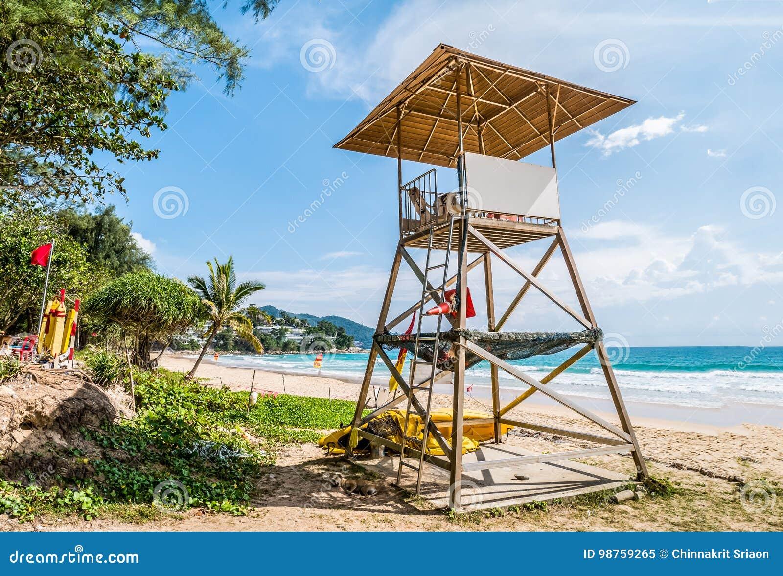 Prosty projekt ratownik stacja na chmurnym niebieskim niebie i Andaman morze w tle, świat podróży sławna lokacja, Surin plaża