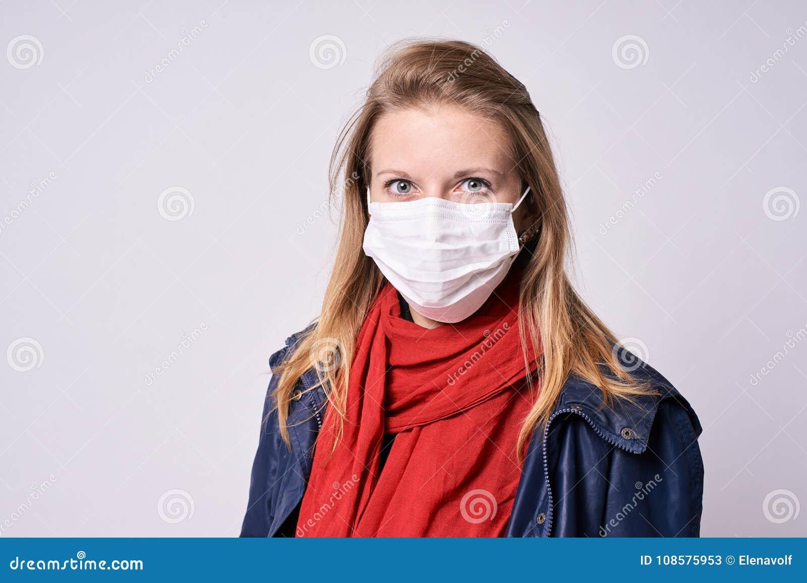 Proteção da doença Retrato com a face surpreendida e receosa epidemia