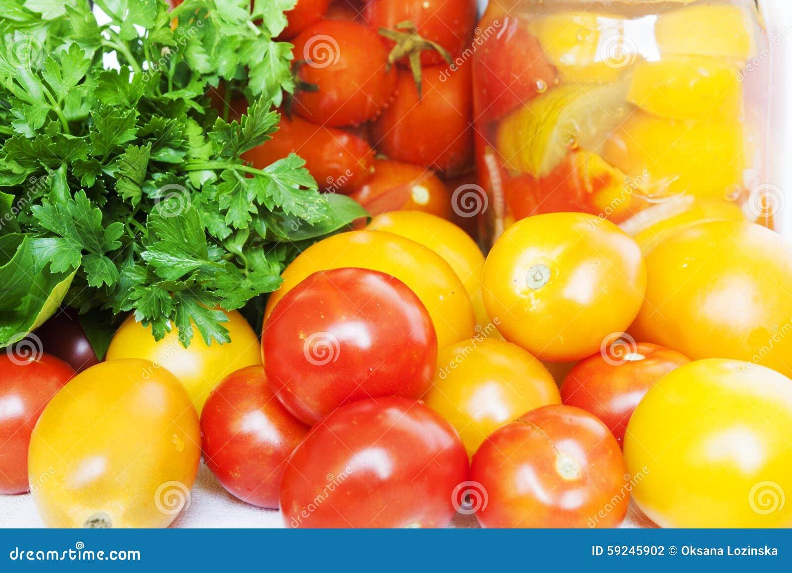Download Protección de los tomates foto de archivo. Imagen de eneldo - 59245902