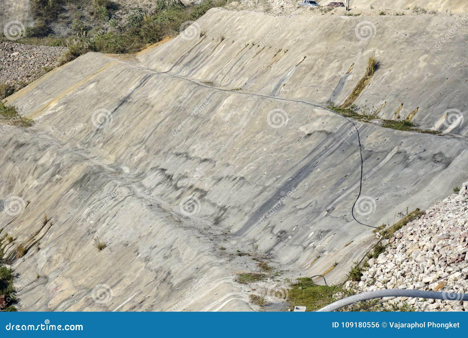 Protection de pente par le béton projeté sur le secteur excavé