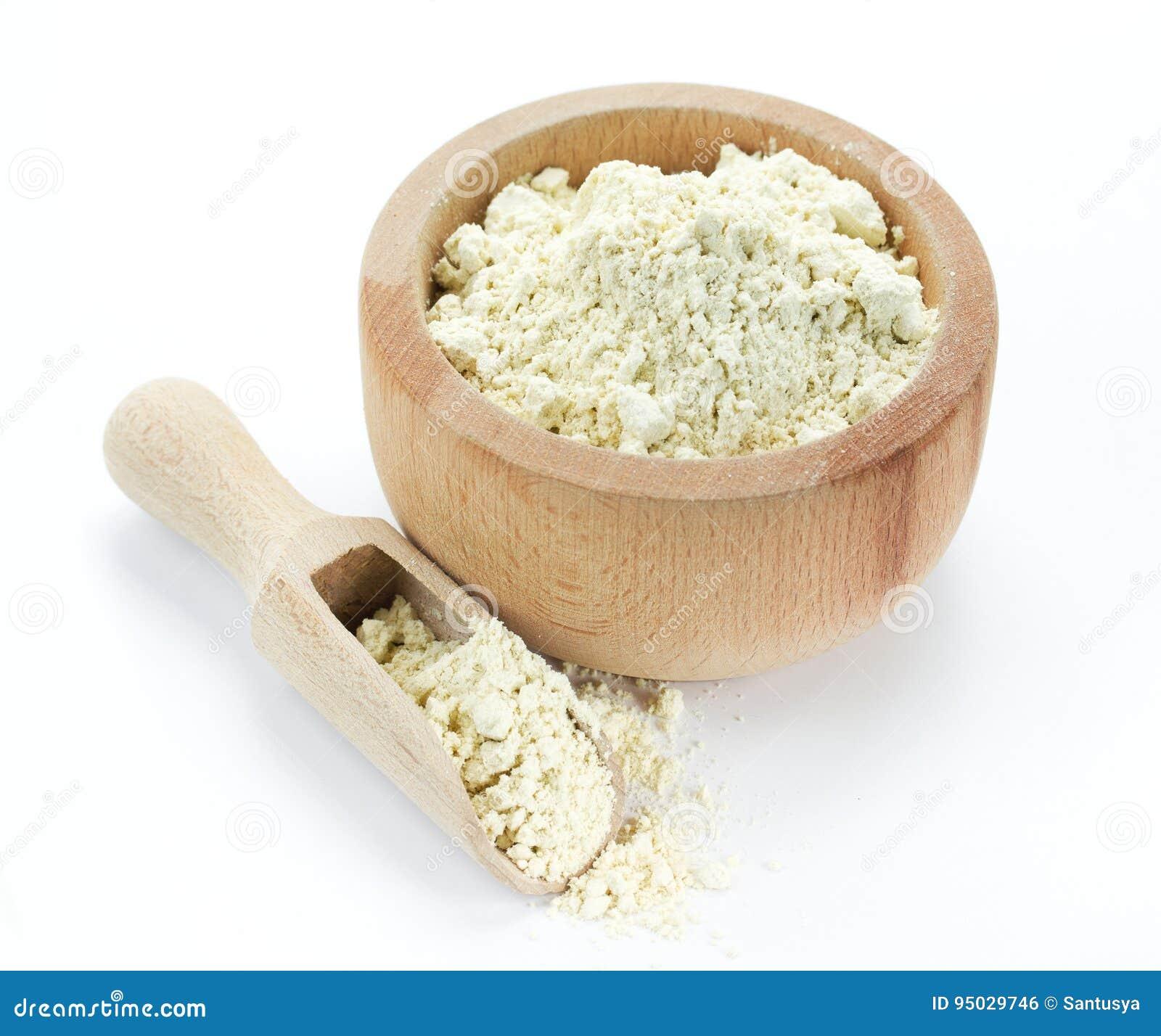 Proteina proszek w drewnianym pucharze odizolowywającym