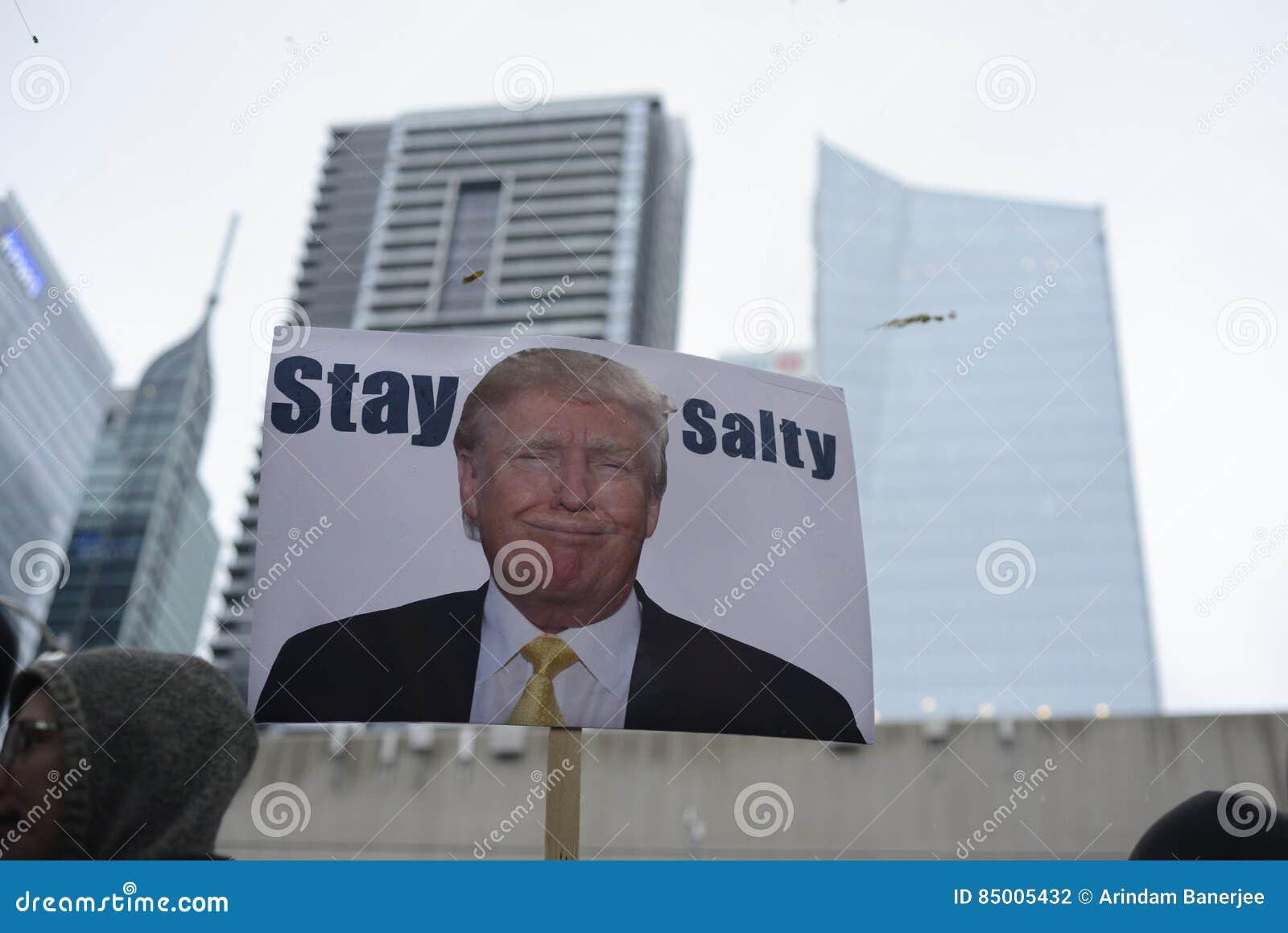 Protest framme av trumftornet i Toronto