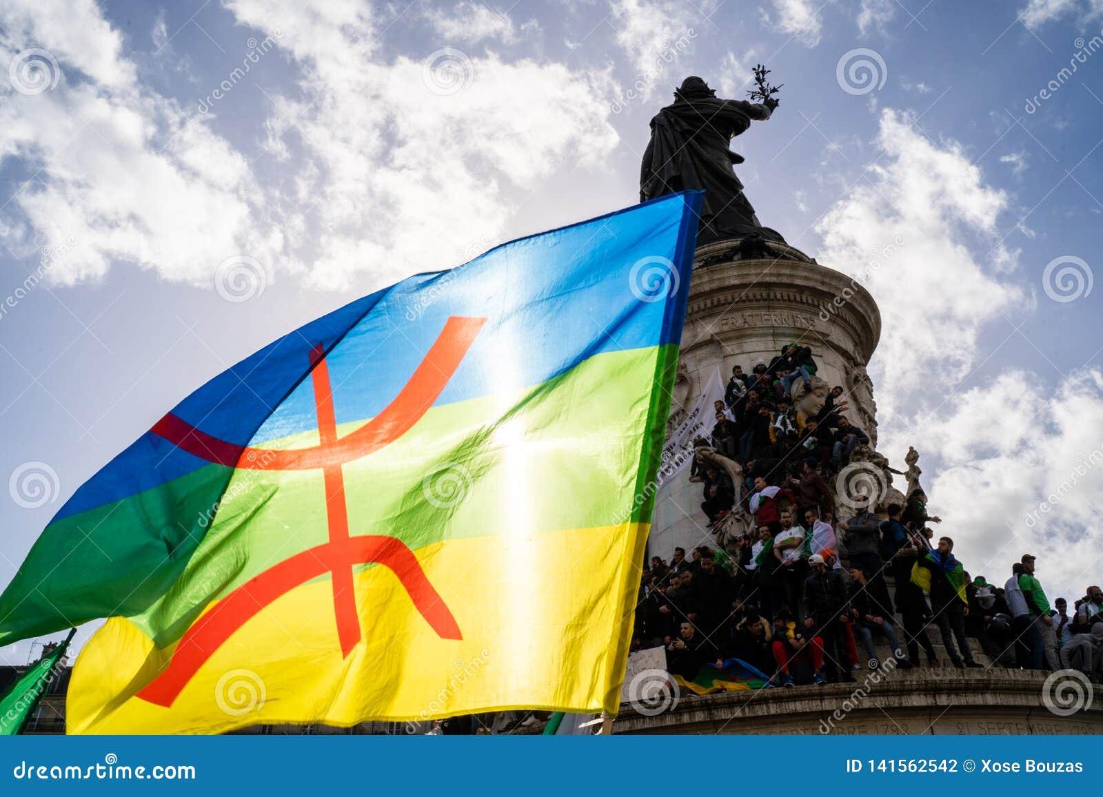 Protest w Paryż przeciw kwinta mandatowi politycznemu Algieria Bouteflika