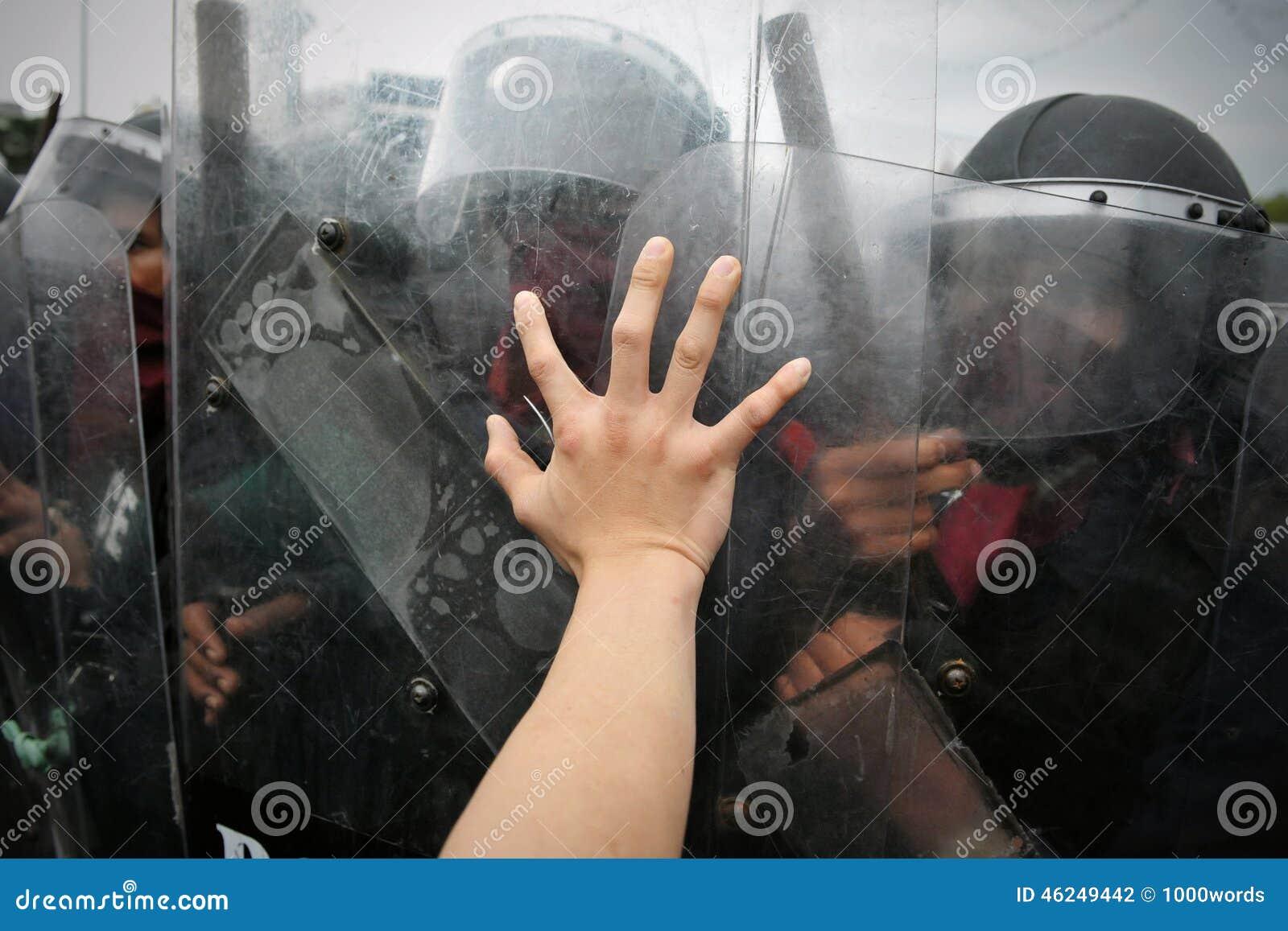 Protestador e polícia