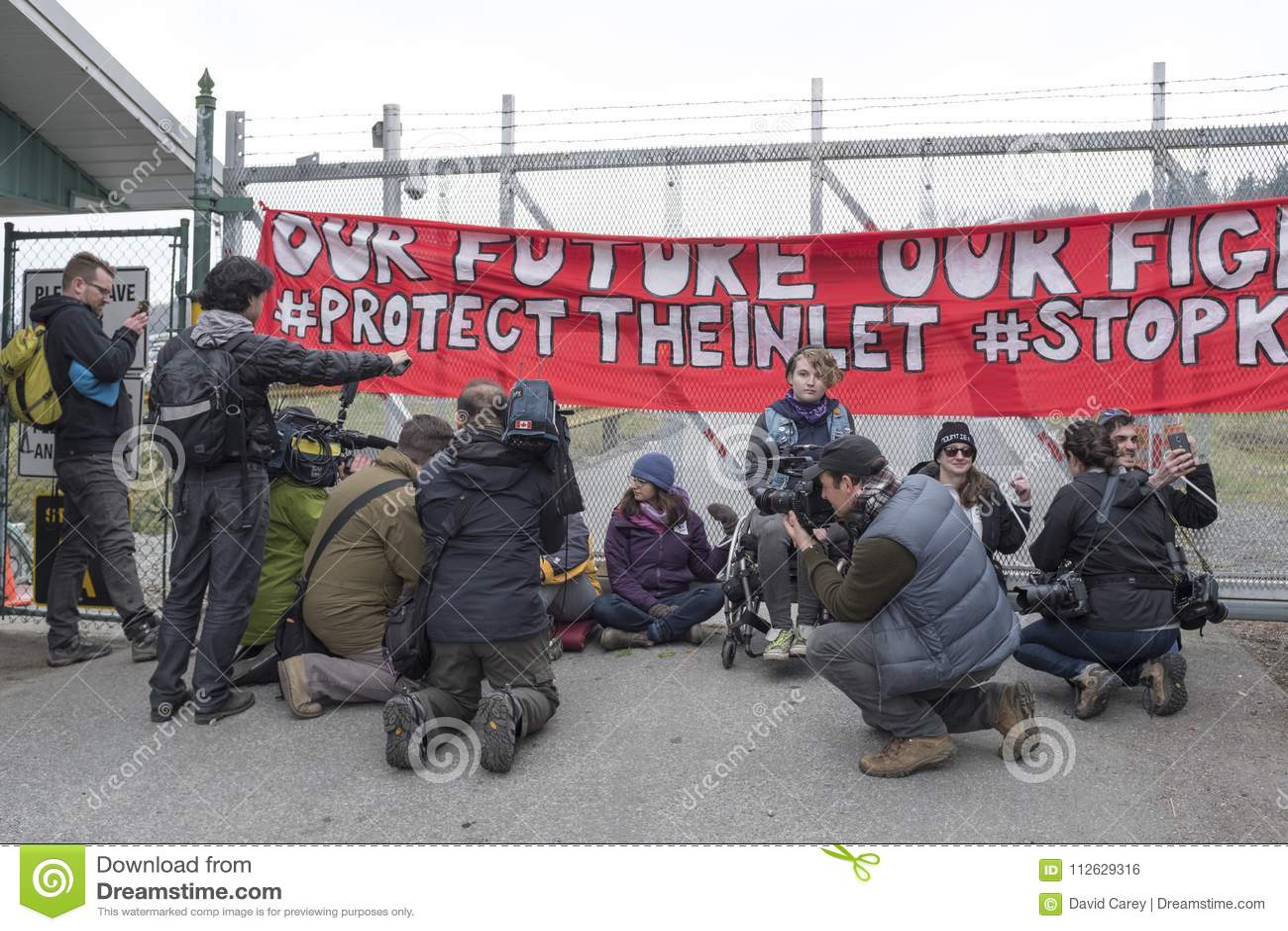 Protestataires à la ferme de réservoir de Kinder Morgan dans Burnaby, AVANT JÉSUS CHRIST le 20 mars 2018