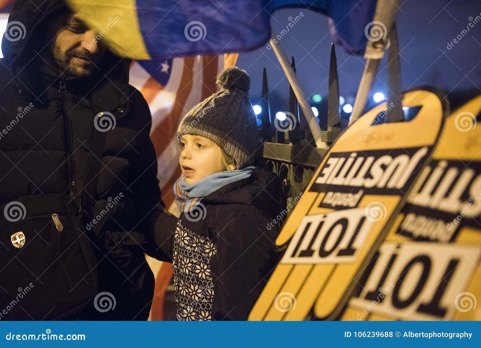 Protestation de personnes devant le Parlement roumain