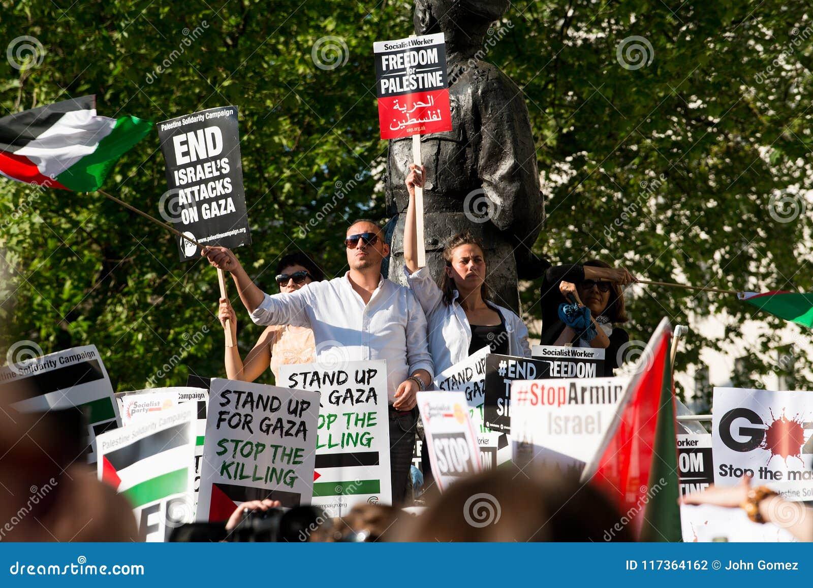 Protestberichten op aanplakbiljetten en affiches in Gaza: Houd de Slachtingsverzameling in Whitehall, Londen, het UK tegen