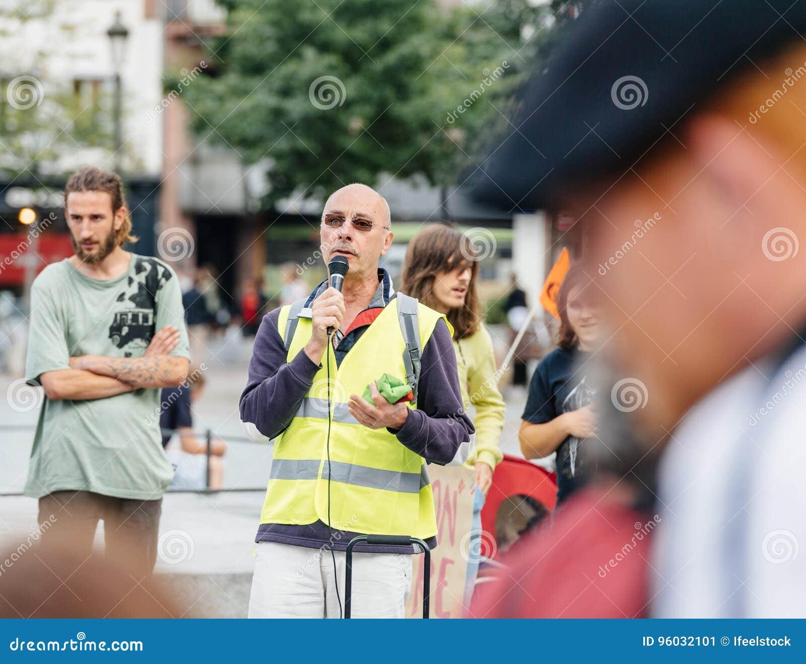 Protesteerders met aanplakbiljetten tegen de slavenarbeid van Macron Loi