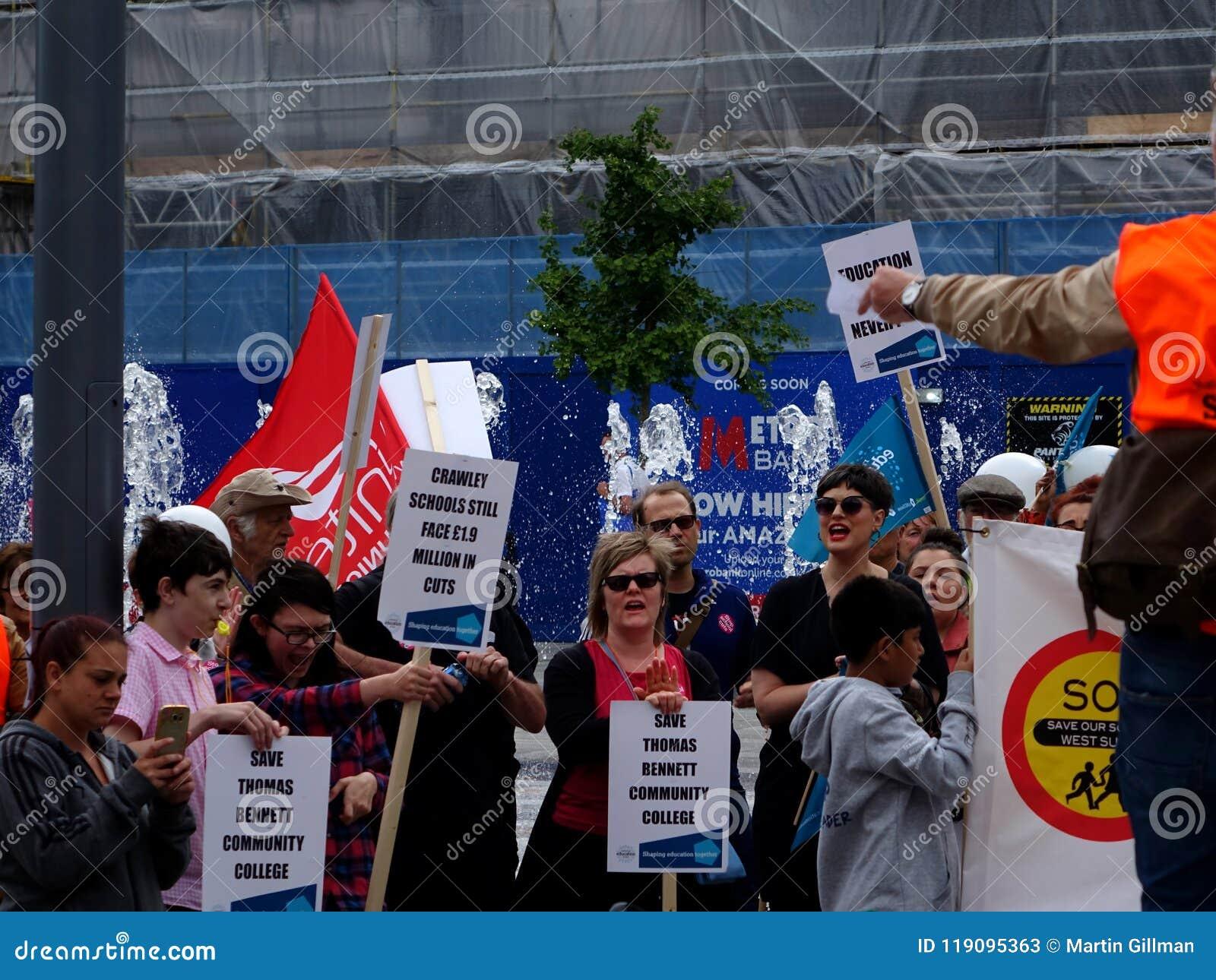 Protestujący dla Thomas Bennett college społecznego cięć budżetowych