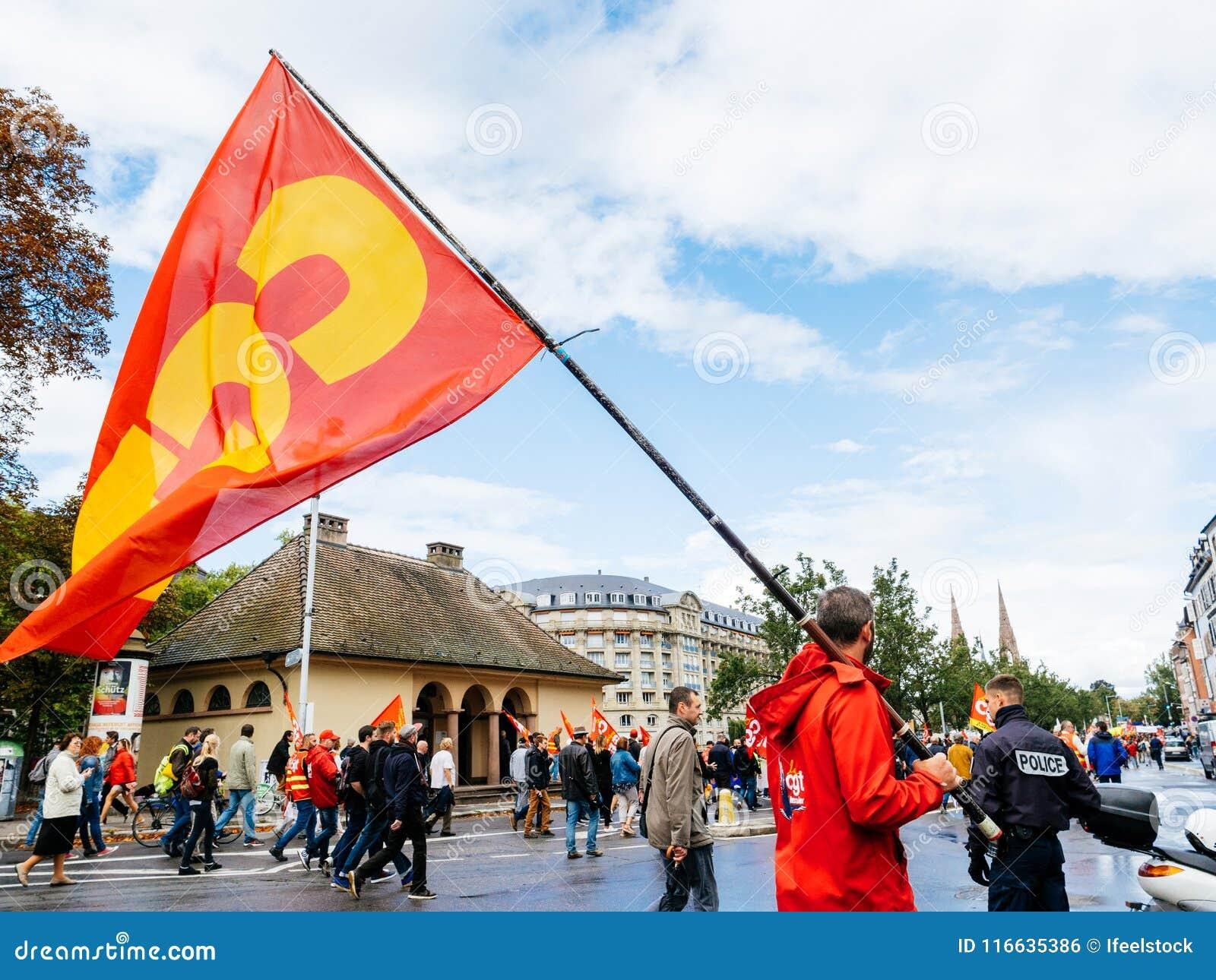 Protesty w Francja przeciw Macron reform mężczyzna z SGT zaznaczają