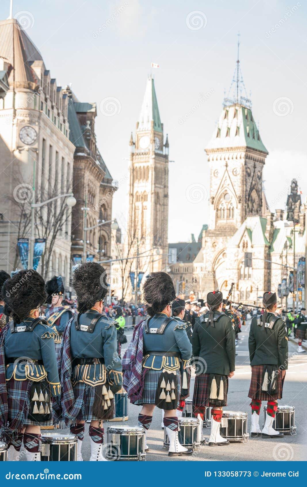 Protetor cerimonial do regulador General Foot Guards de Canadá, com seus kilts, estando durante o dia da relembrança