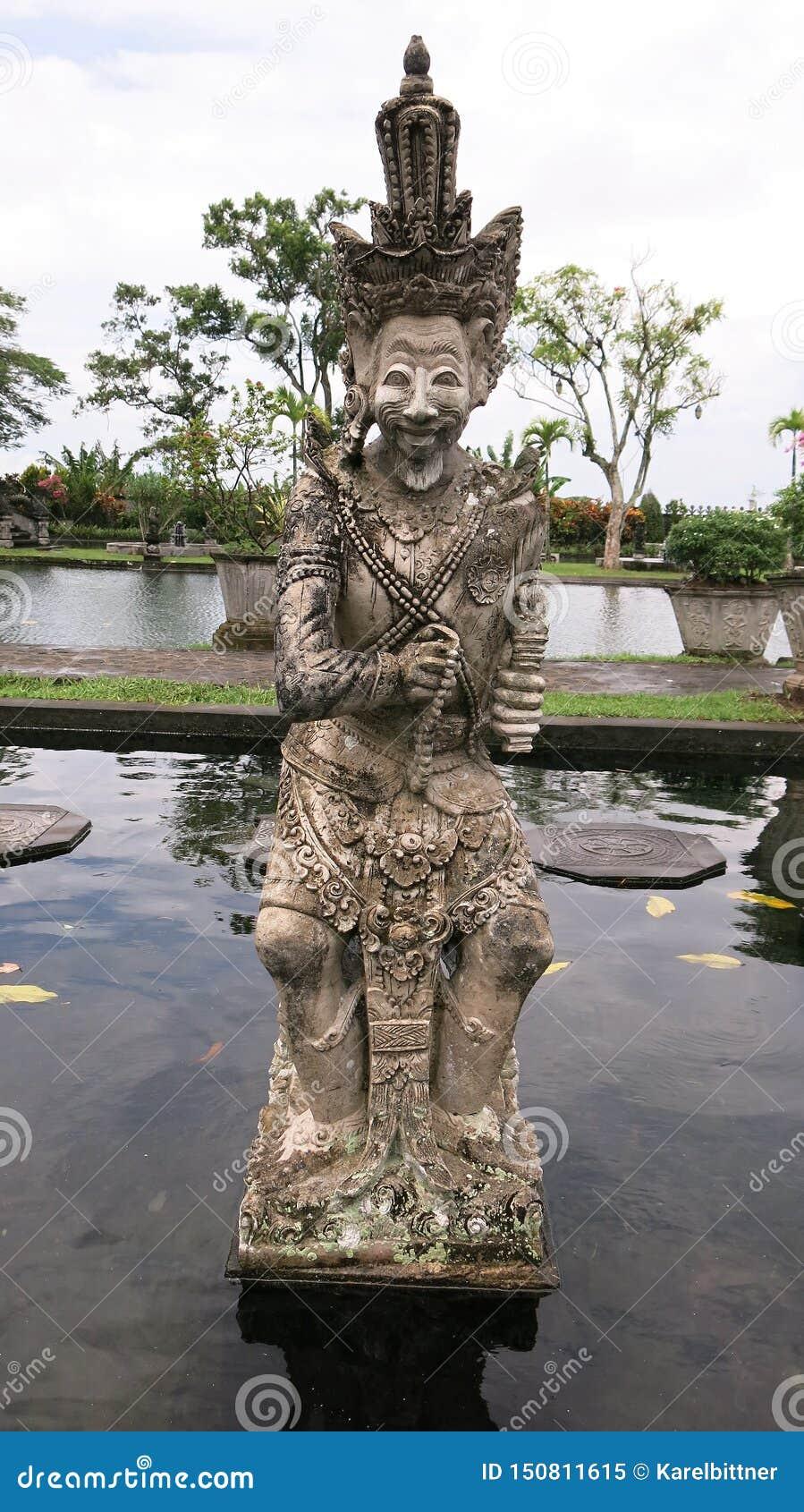 Protetor da mitologia do Balinese e estátua do guerreiro em Bali Estátua de pedra no jardim tropical na ilha de Bali