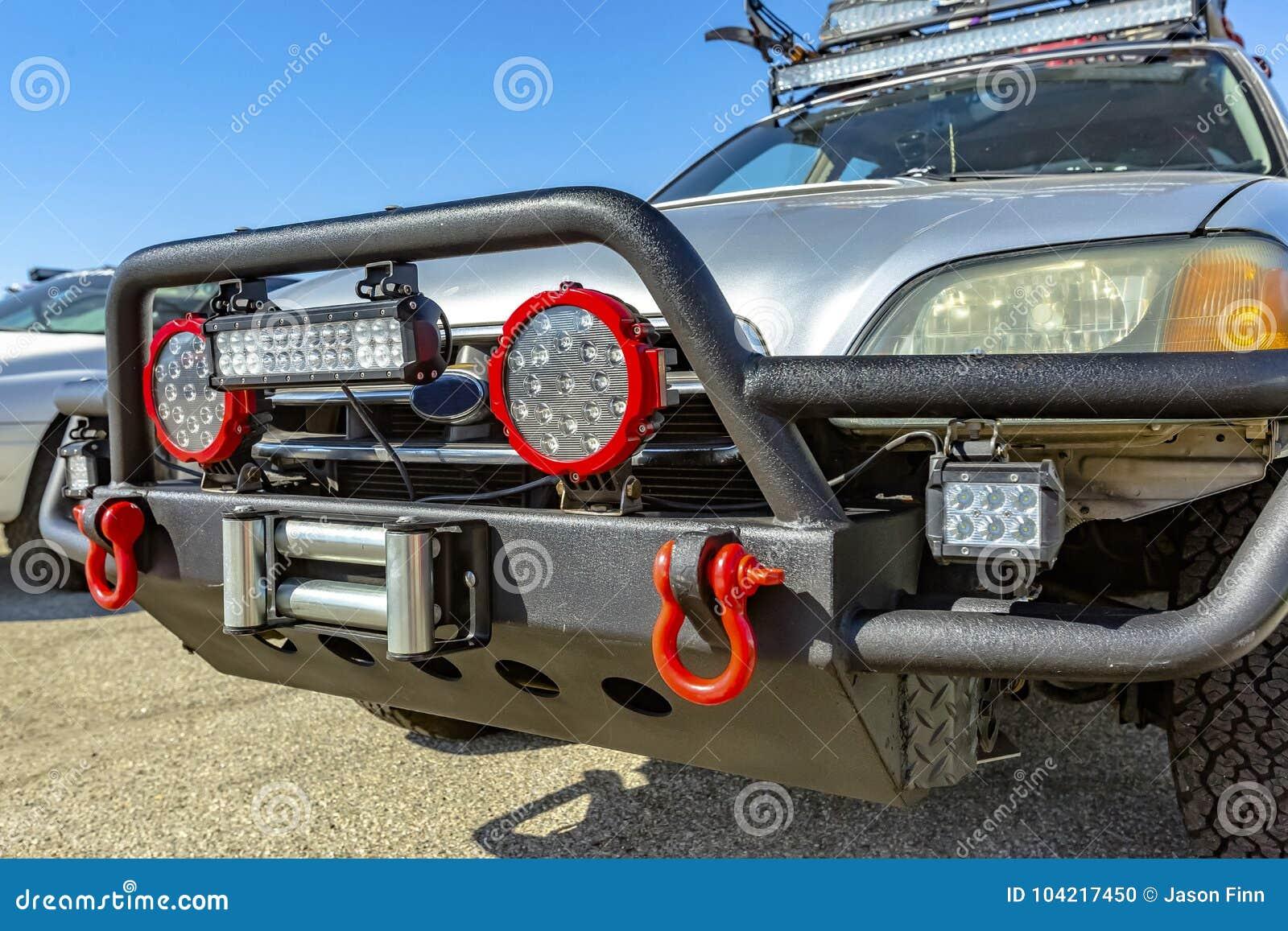 Protetor dianteiro em um veículo offroad com jogo do reboque