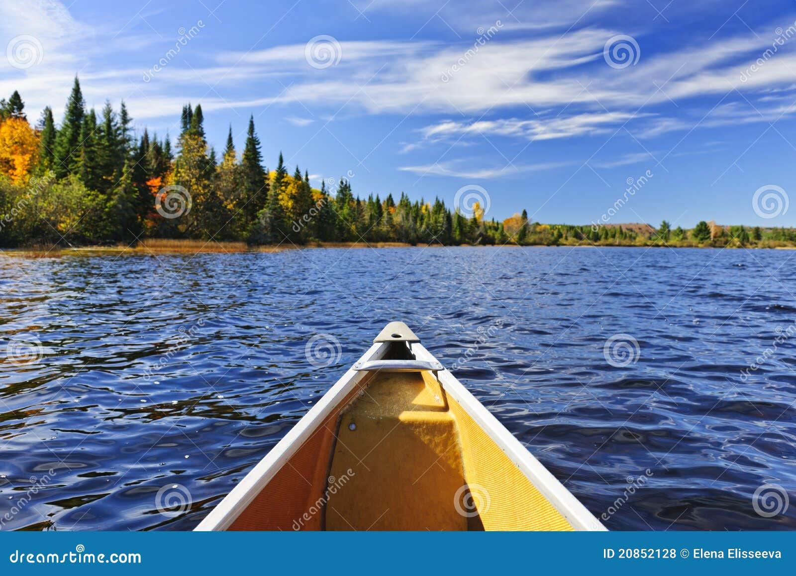 Proue de canoë sur le lac