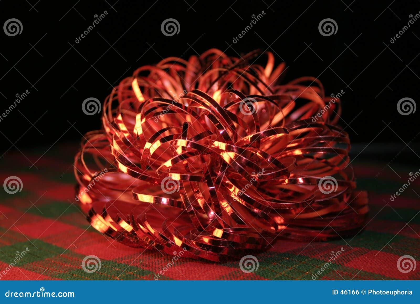 Proue rouge brillante sur le plaid