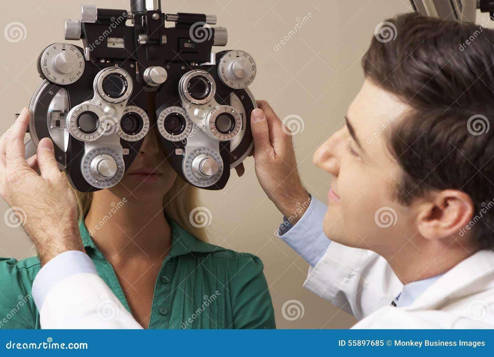 Prov för öga för optikerIn Surgery Giving kvinna